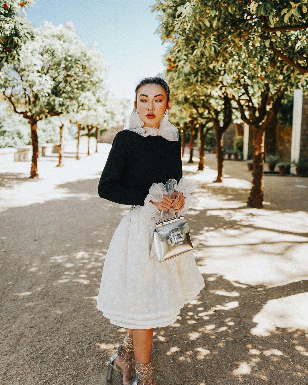 chân váy xòe ren trắng áo dài tay đắp ren đen jessica wang