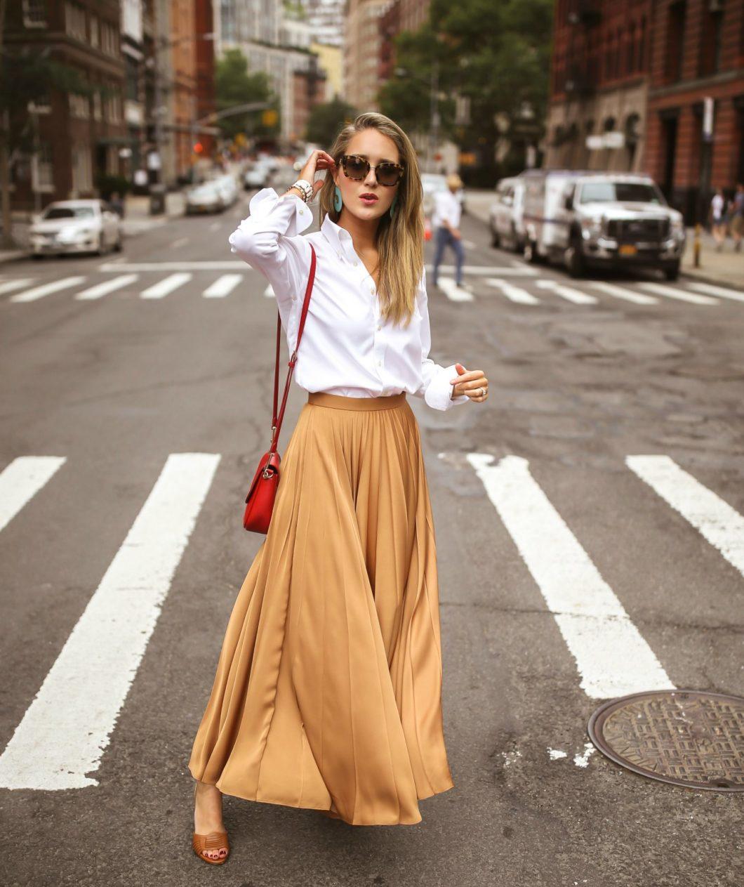 chân váy xếp ly màu vàng trên phố