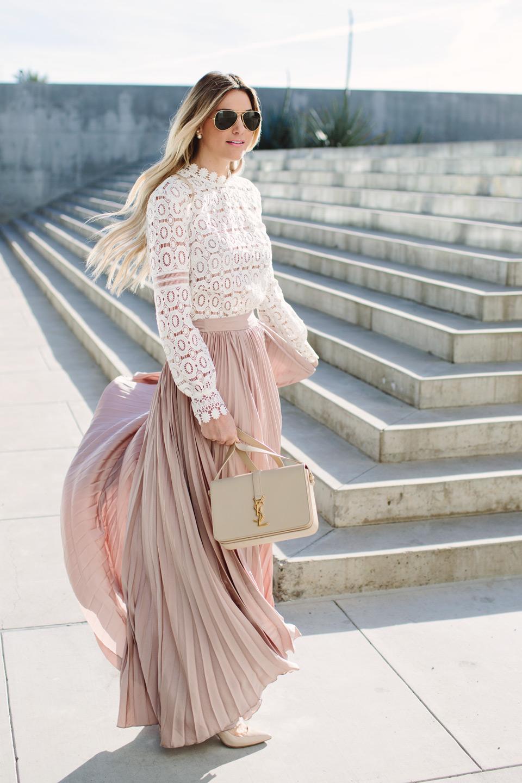 chân váy xếp ly màu hồng pastel trên phố