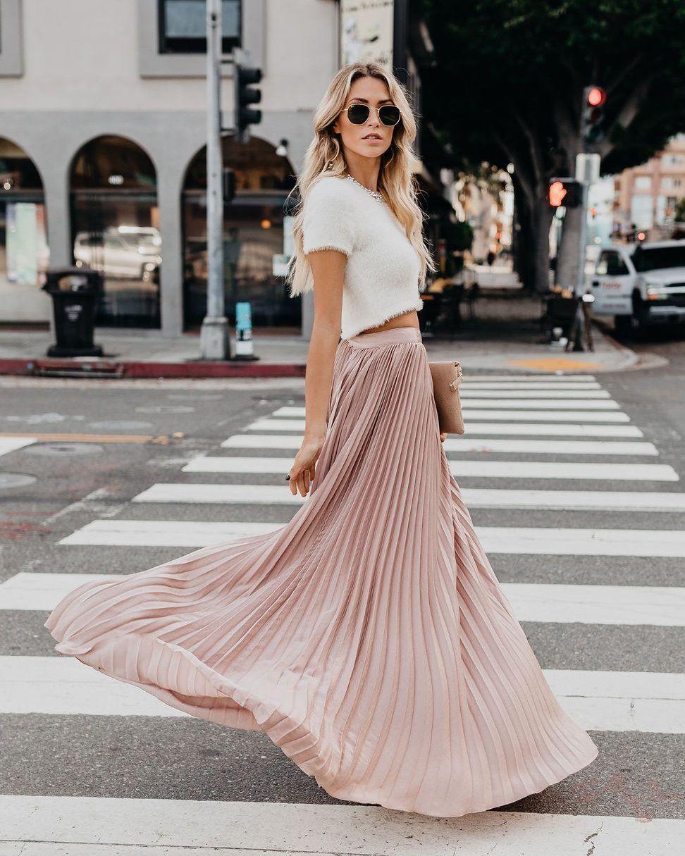 chân váy xếp ly màu hồng pastel trên phố 2