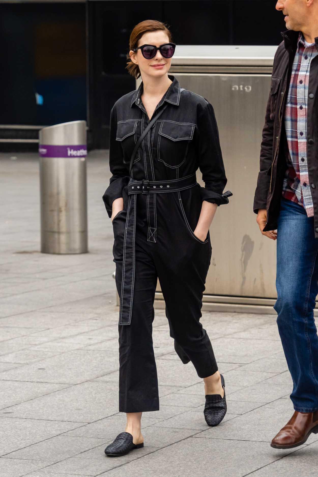 anne hathaway bộ jumpsuit đen dép mule