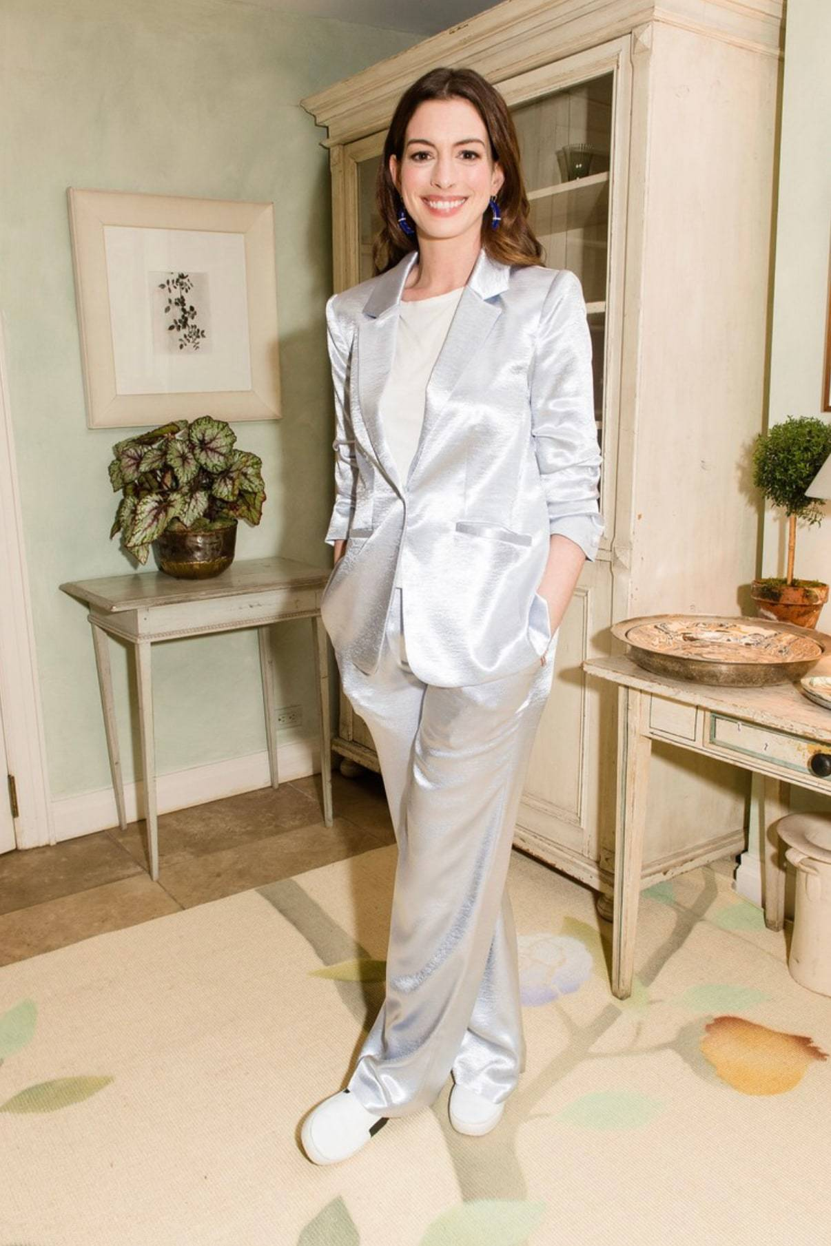 anne hathaway bộ suit satin trắng giày thể thao