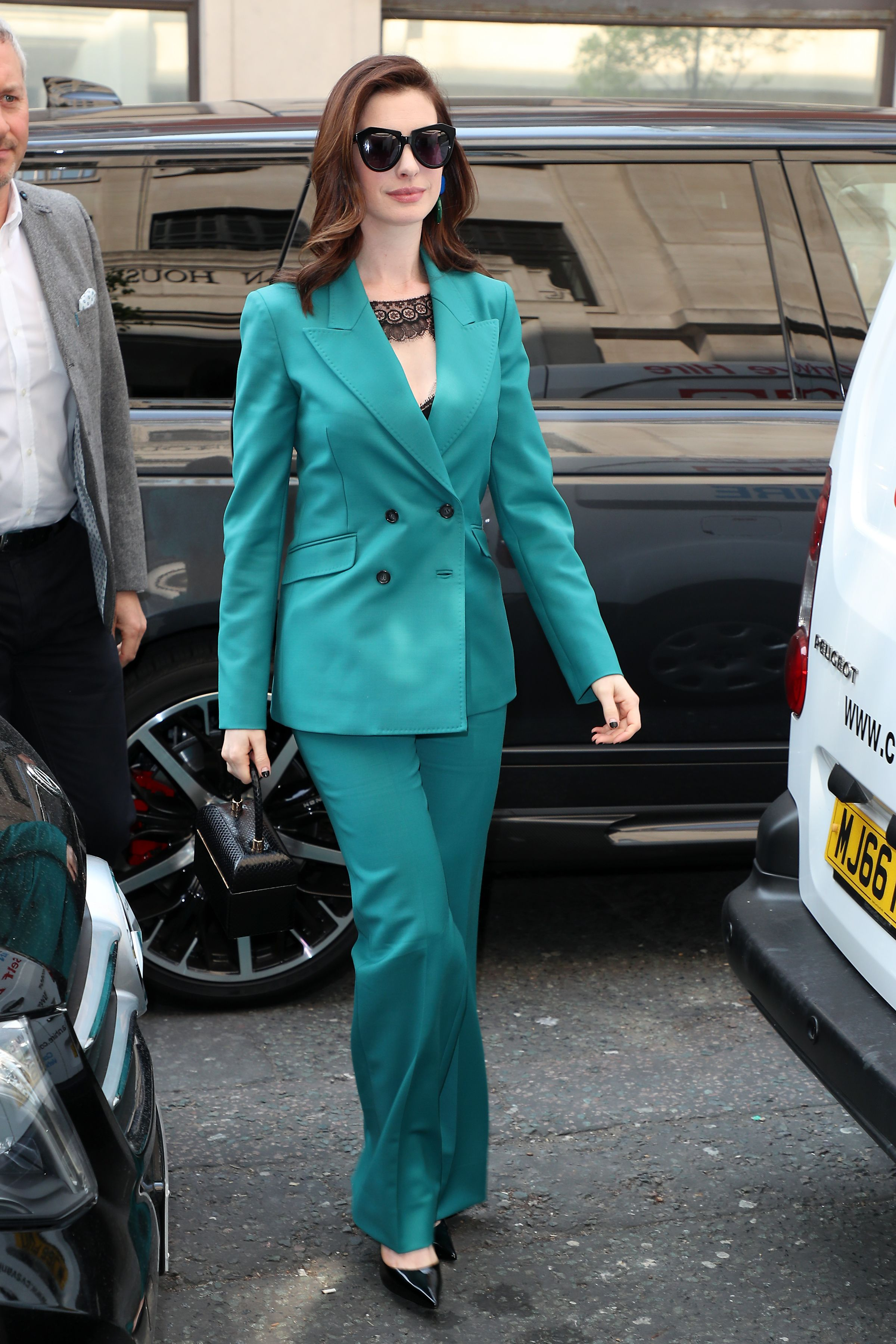 anne hathaway bộ suit xanh teal