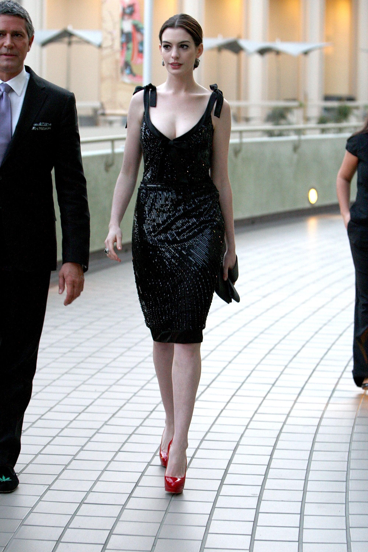 anne hathaway đầm valentino đen giày cao gót đỏ