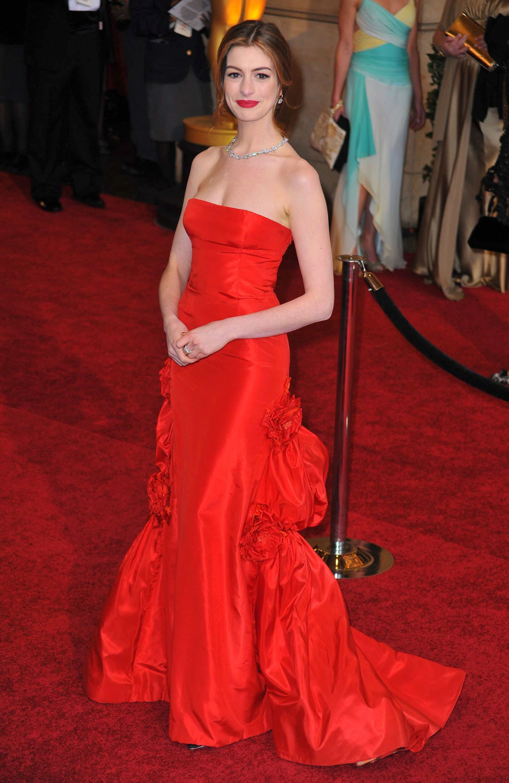 anne hathaway đầm valentino đỏ oscar 2011