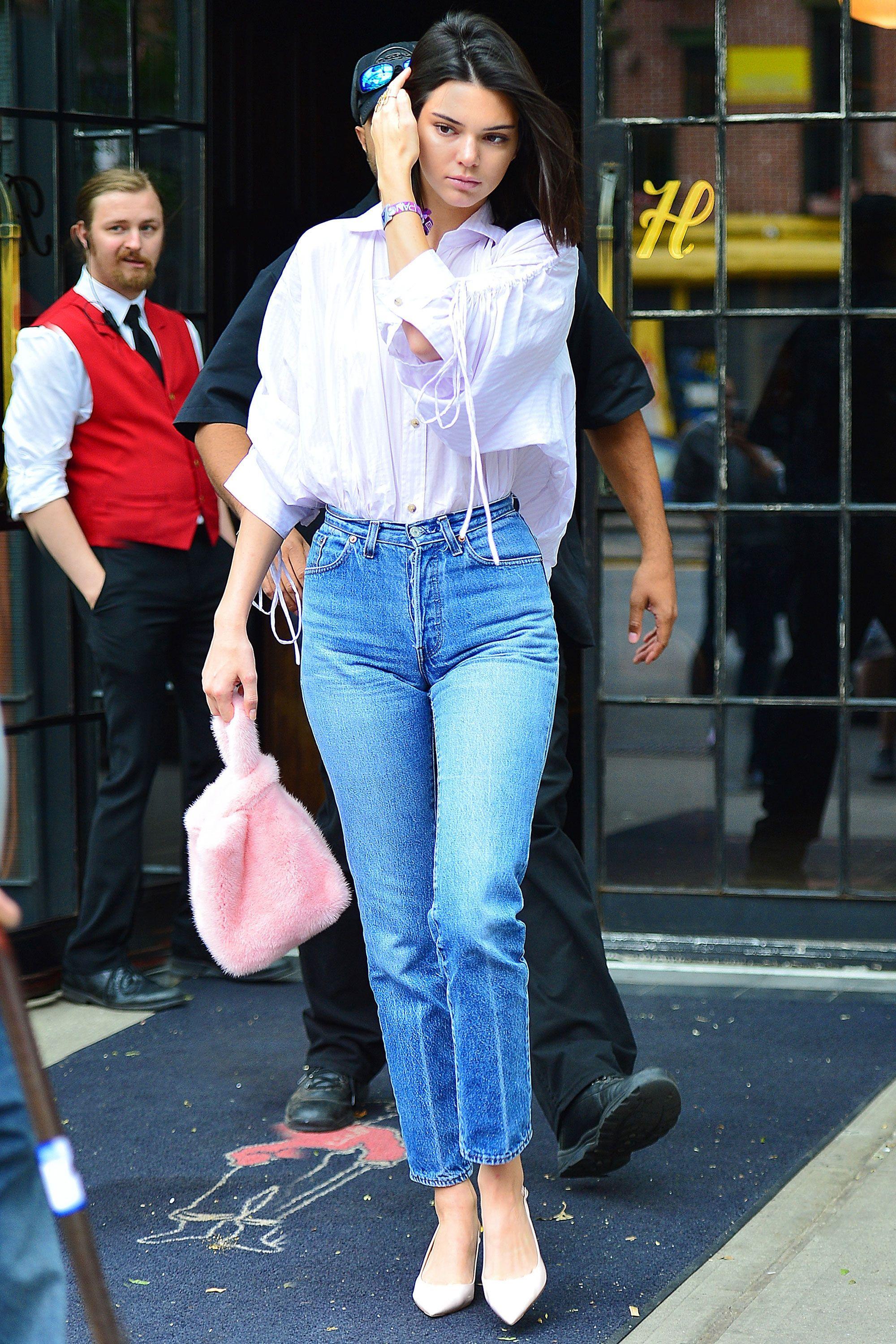 Kendall Jenner mặc quần jeans và sơ mi trắng rộng