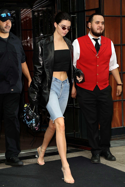 Kendall Jenner mặc quần bermuda, áo ống đen và áo khoác da