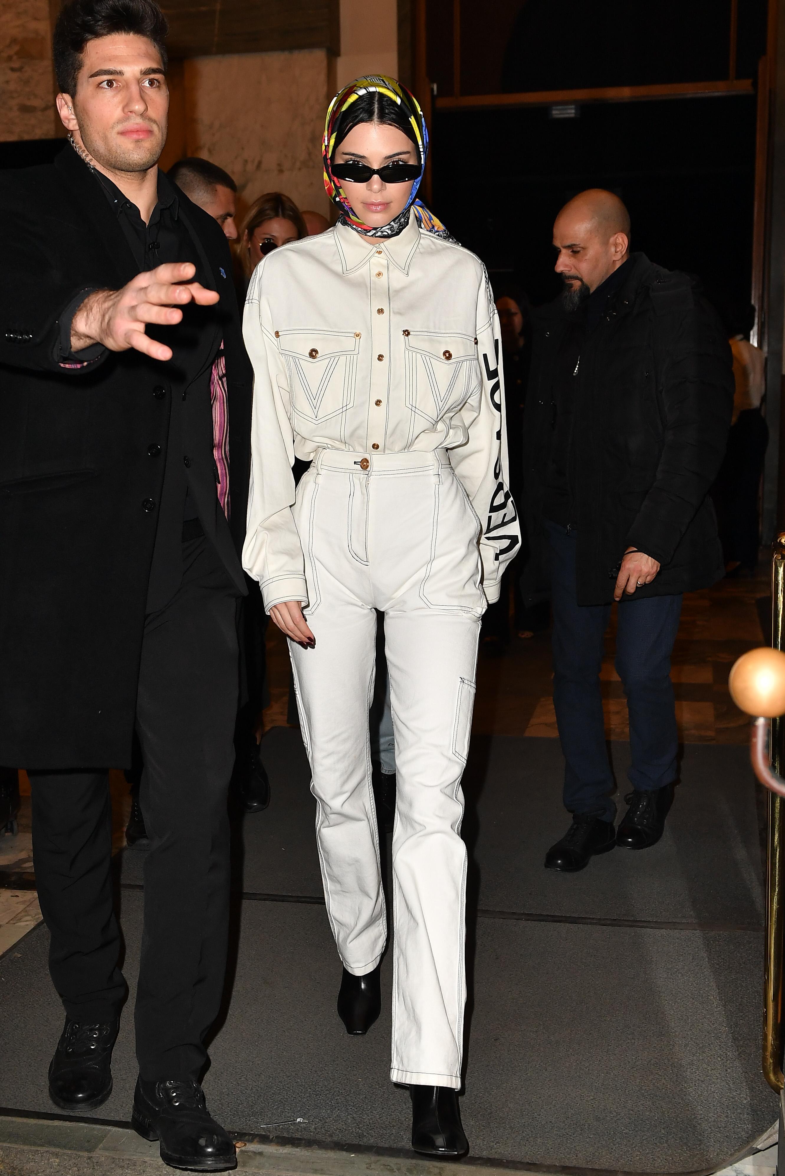 Kendall Jenner mặc đồ denim Versace màu trắng