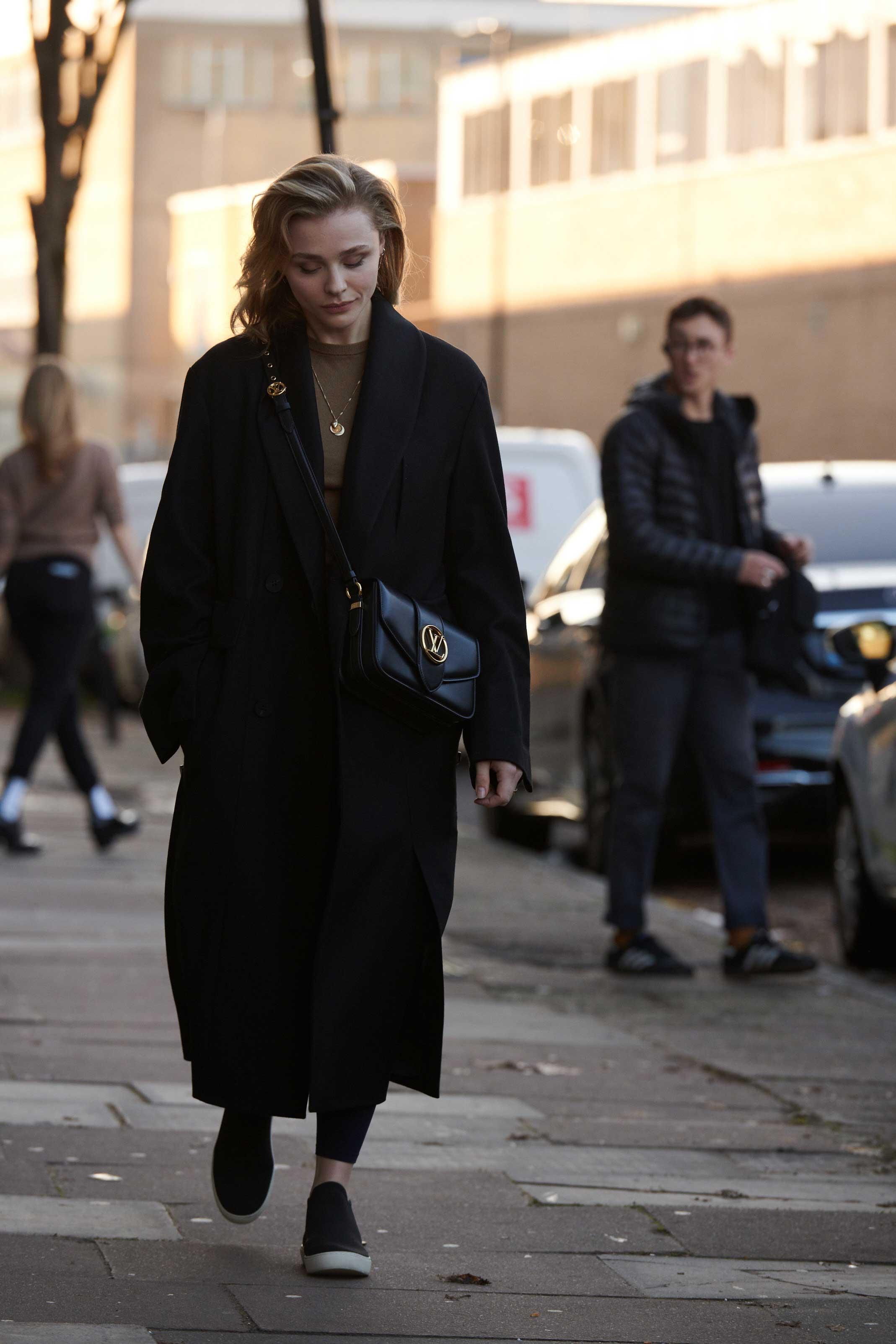Chloe Moretz đeo túi LV Pont 9 màu đen