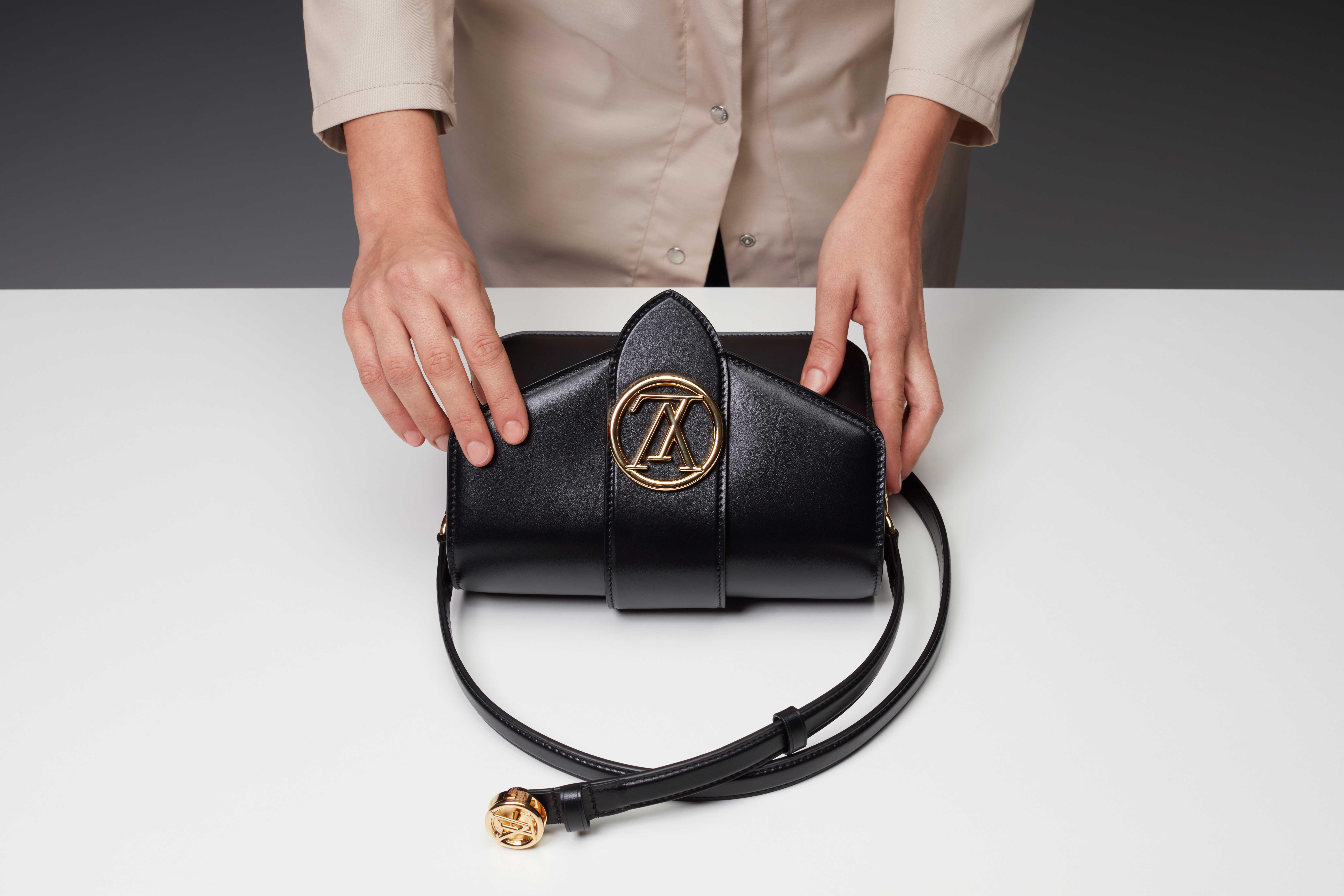 Cận cảnh chiếc túi LV Pont 9 màu đen