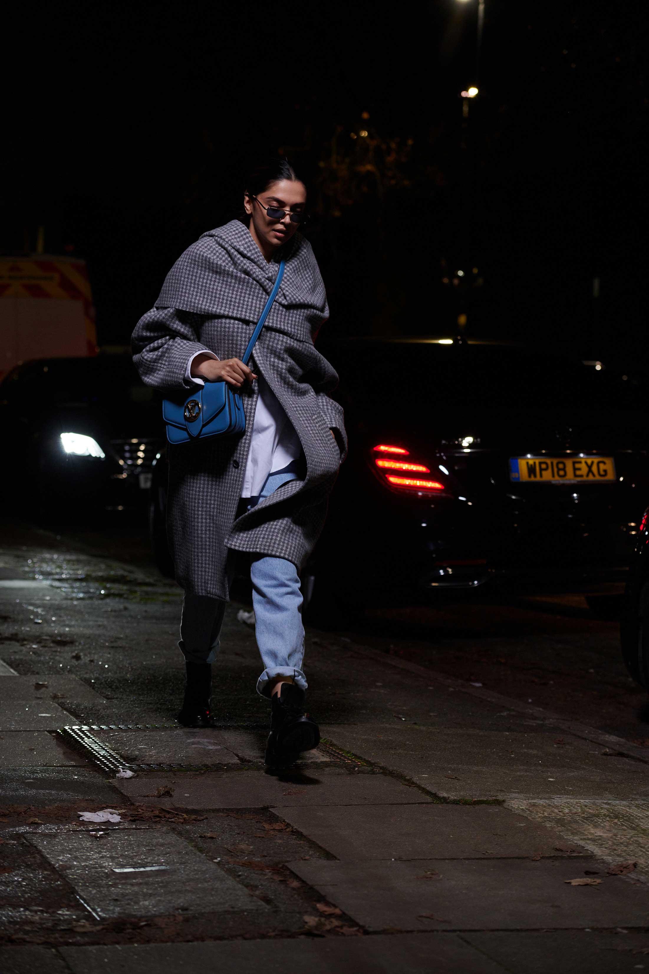 Deepika Padukone đeo túi LV Pont 9 màu xanh dương