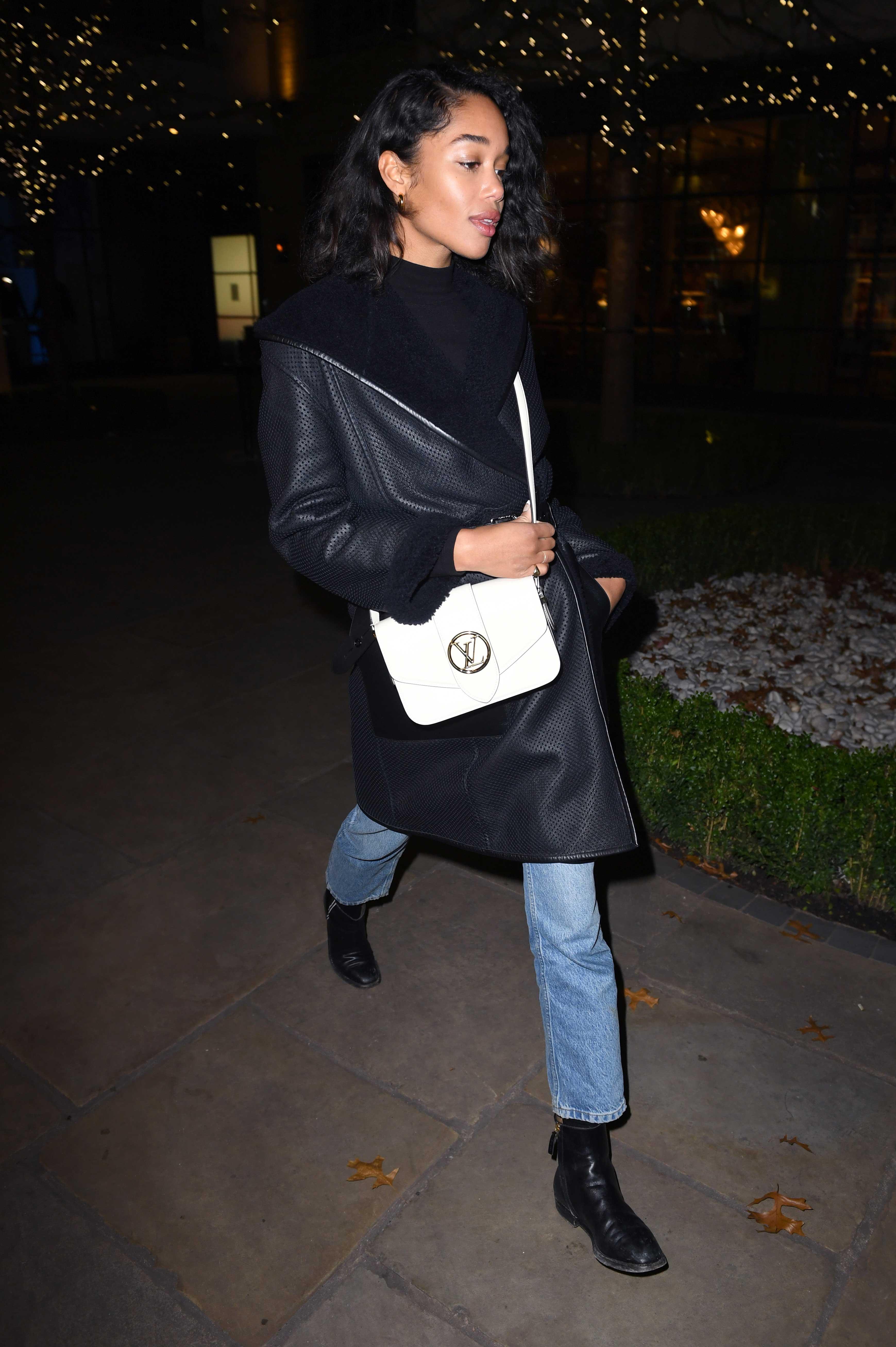 Laura Harrier đeo túi LV Pont 9 màu trắng