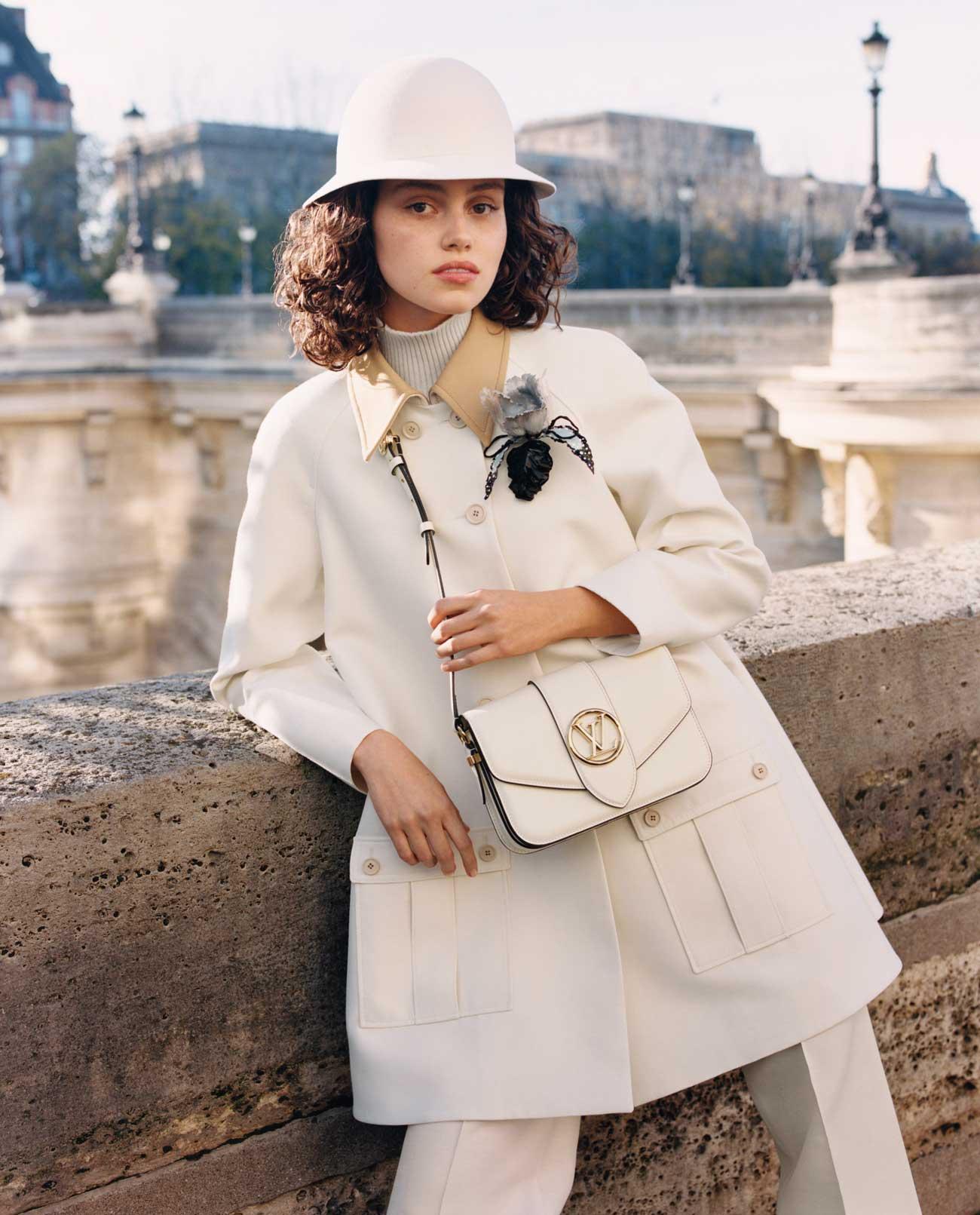 Người mẫu mặc trang phục retro đeo túi LV Pont 9 màu trắng