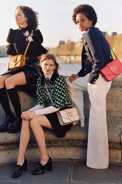 Người mẫu đeo túi LV Pont 9 theo phong cách cổ điển
