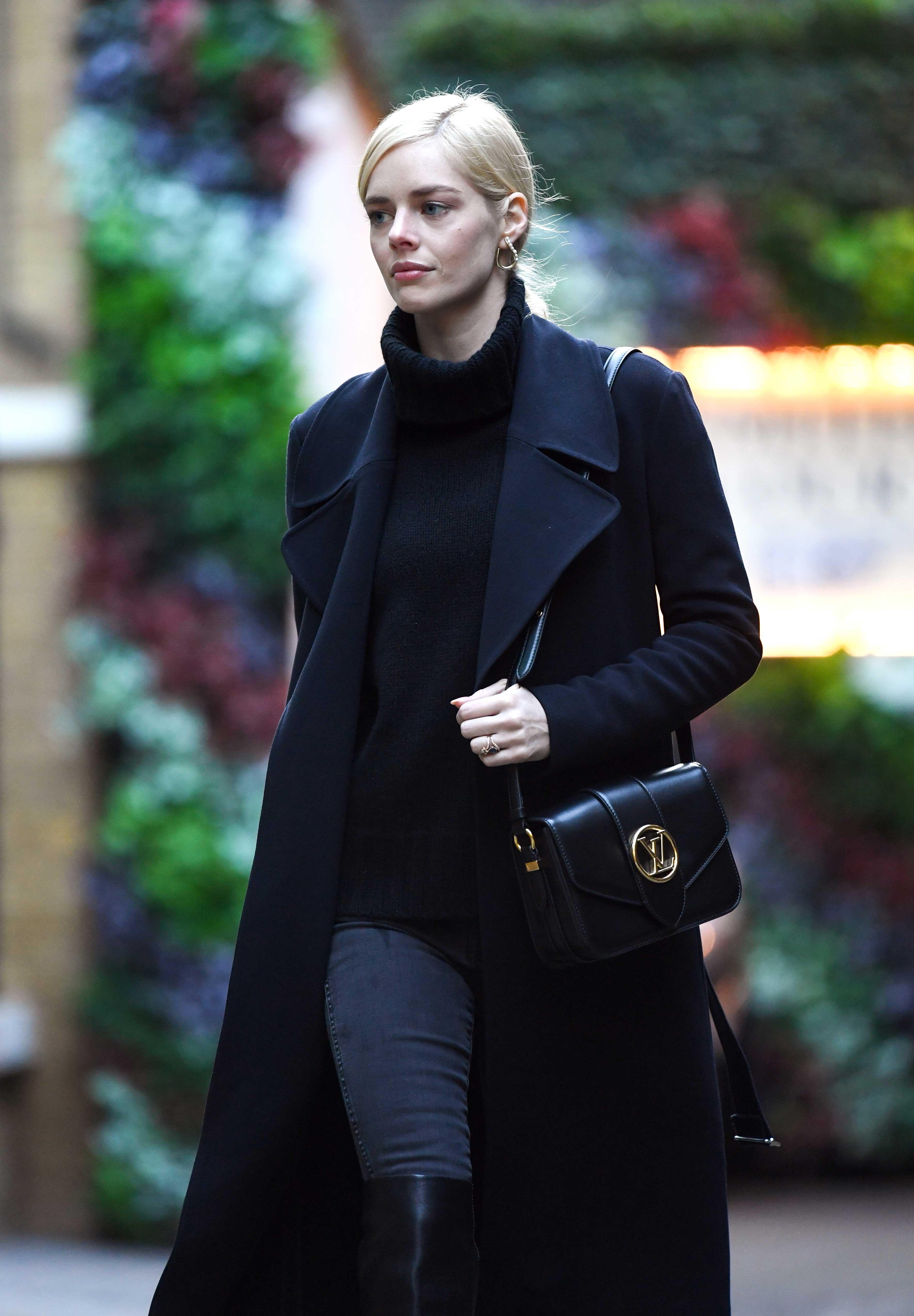 Samara Weaving đeo túi LV Pont 9 màu đen