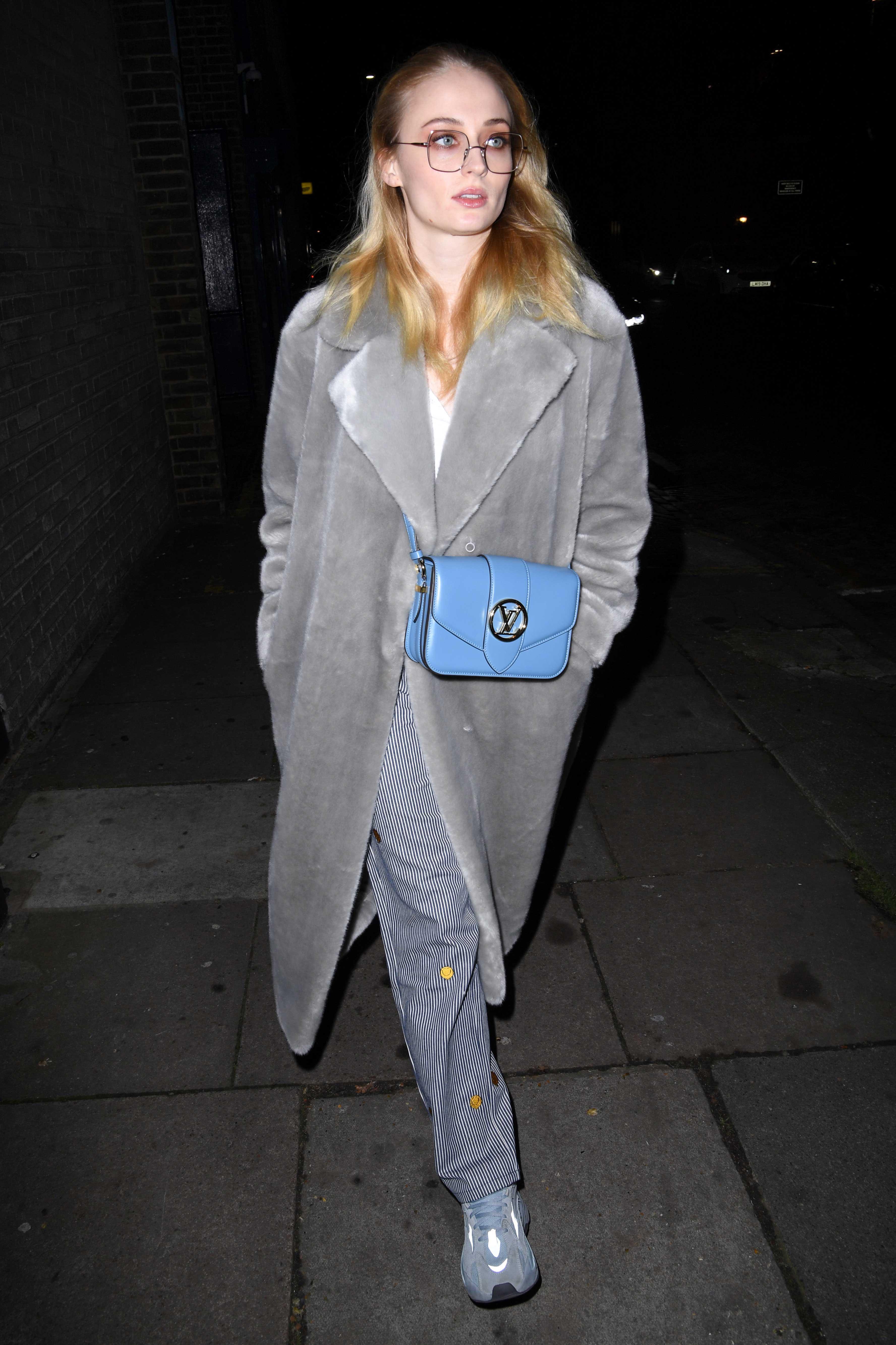 Sophie Turner đeo túi LV Pont 9 màu xanh