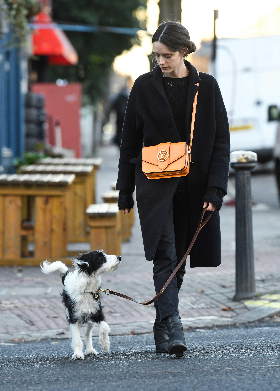 Stacy Martin đeo túi LV Pont 9 màu cam vàng