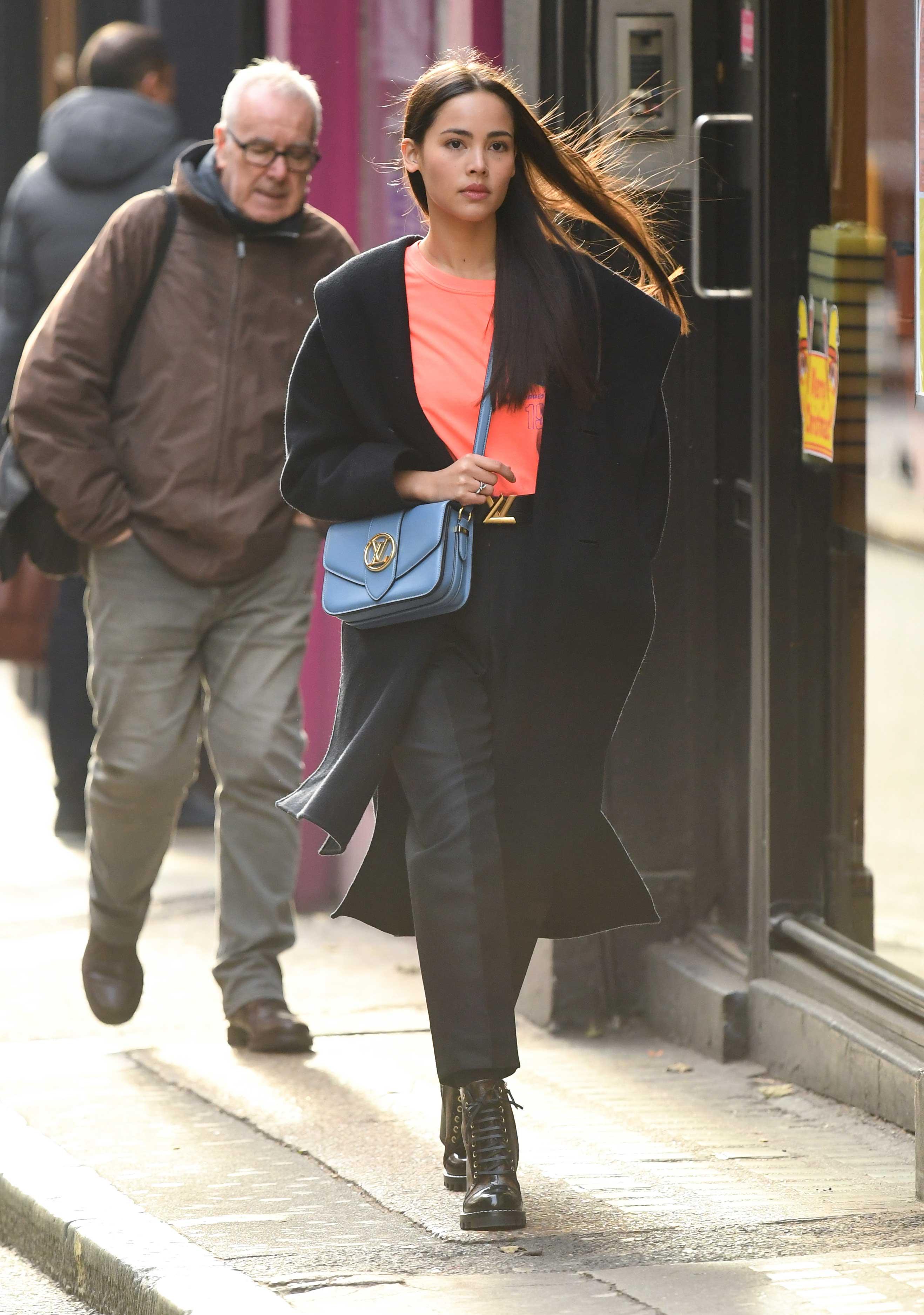 Urassaya Sperbund đeo túi LV Pont 9 màu xanh dương
