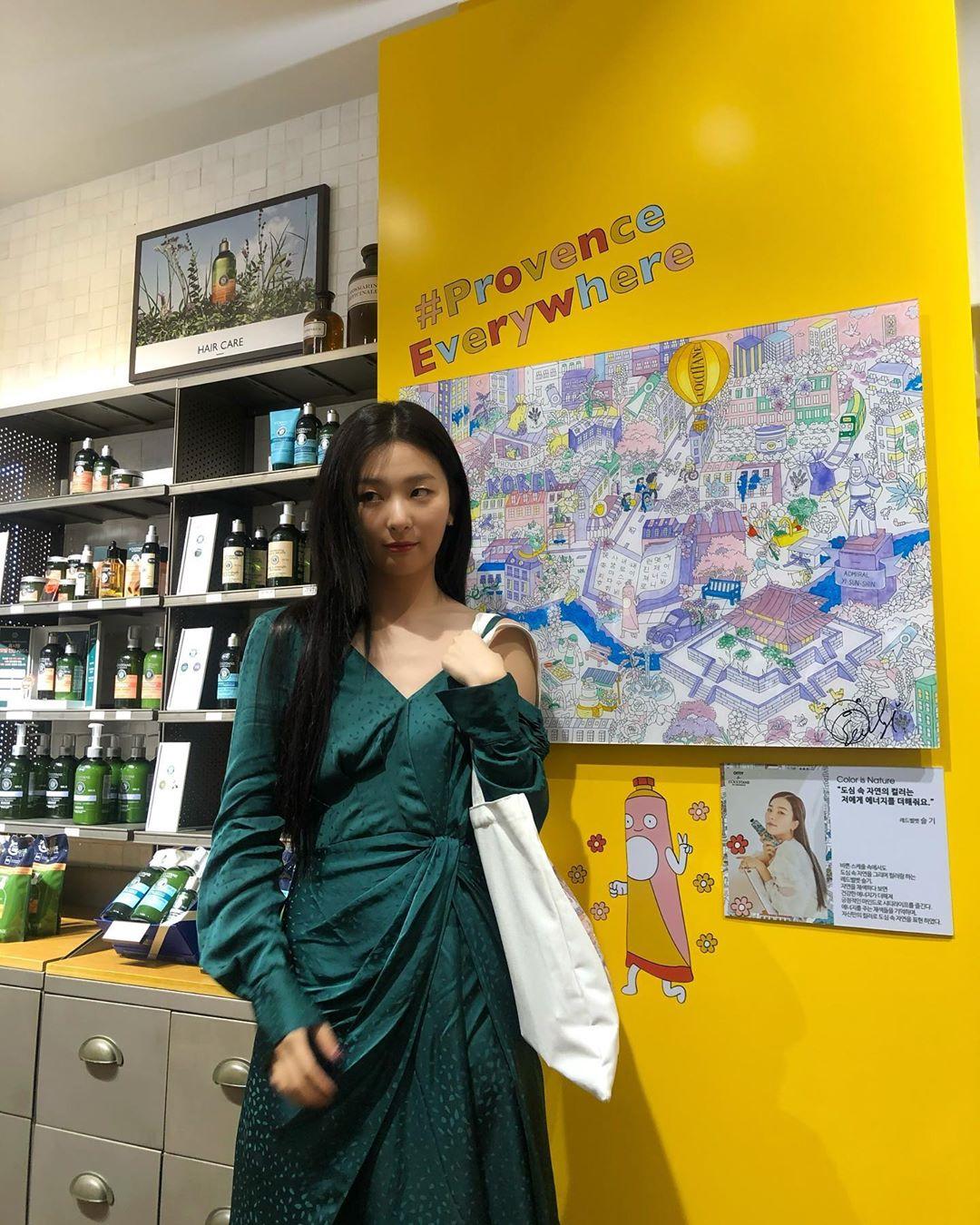 Seulgi (Red Velvet) mặc đầm lệch vai màu xanh cổ vịt