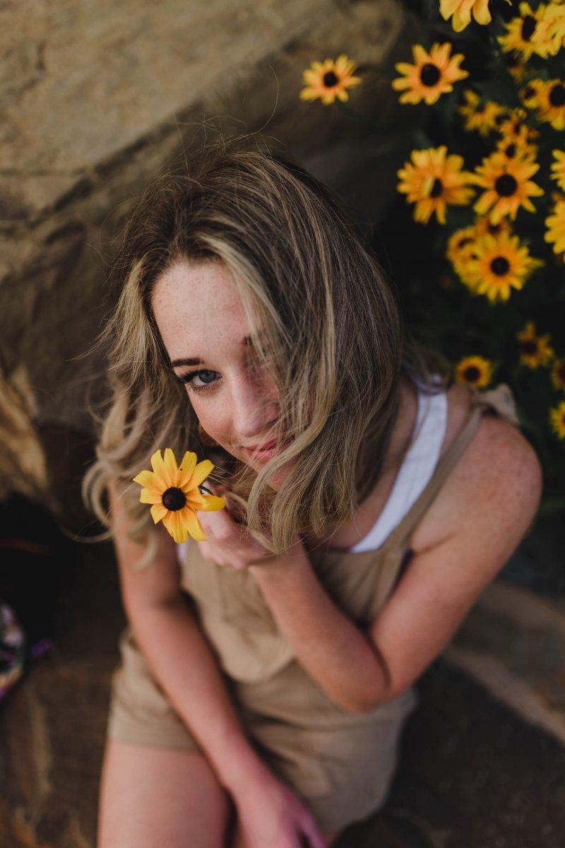 cô gái cầm hoa hướng dương