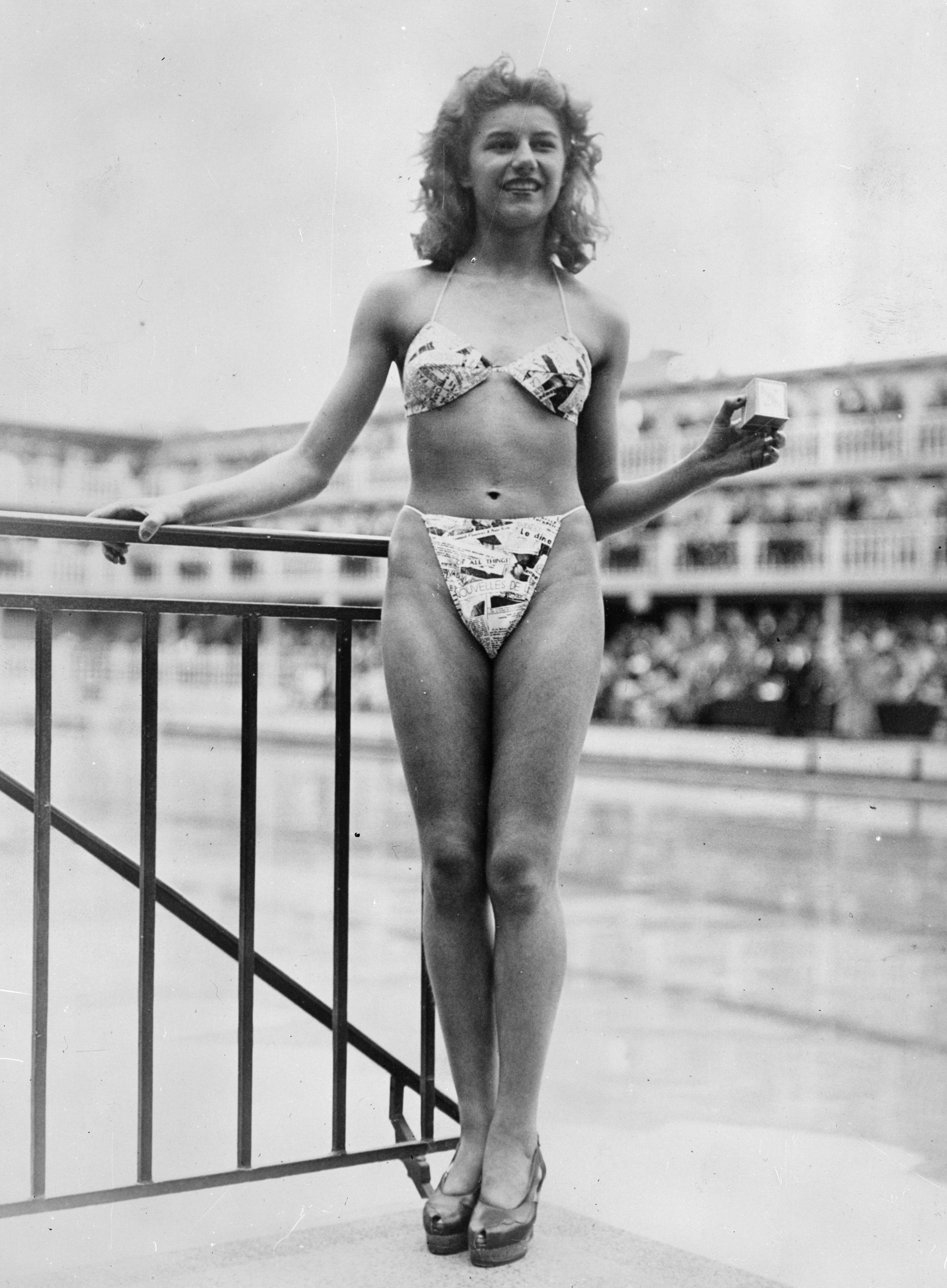 bộ bikini hai mảnh đầu tiên ntk louis reard 1946