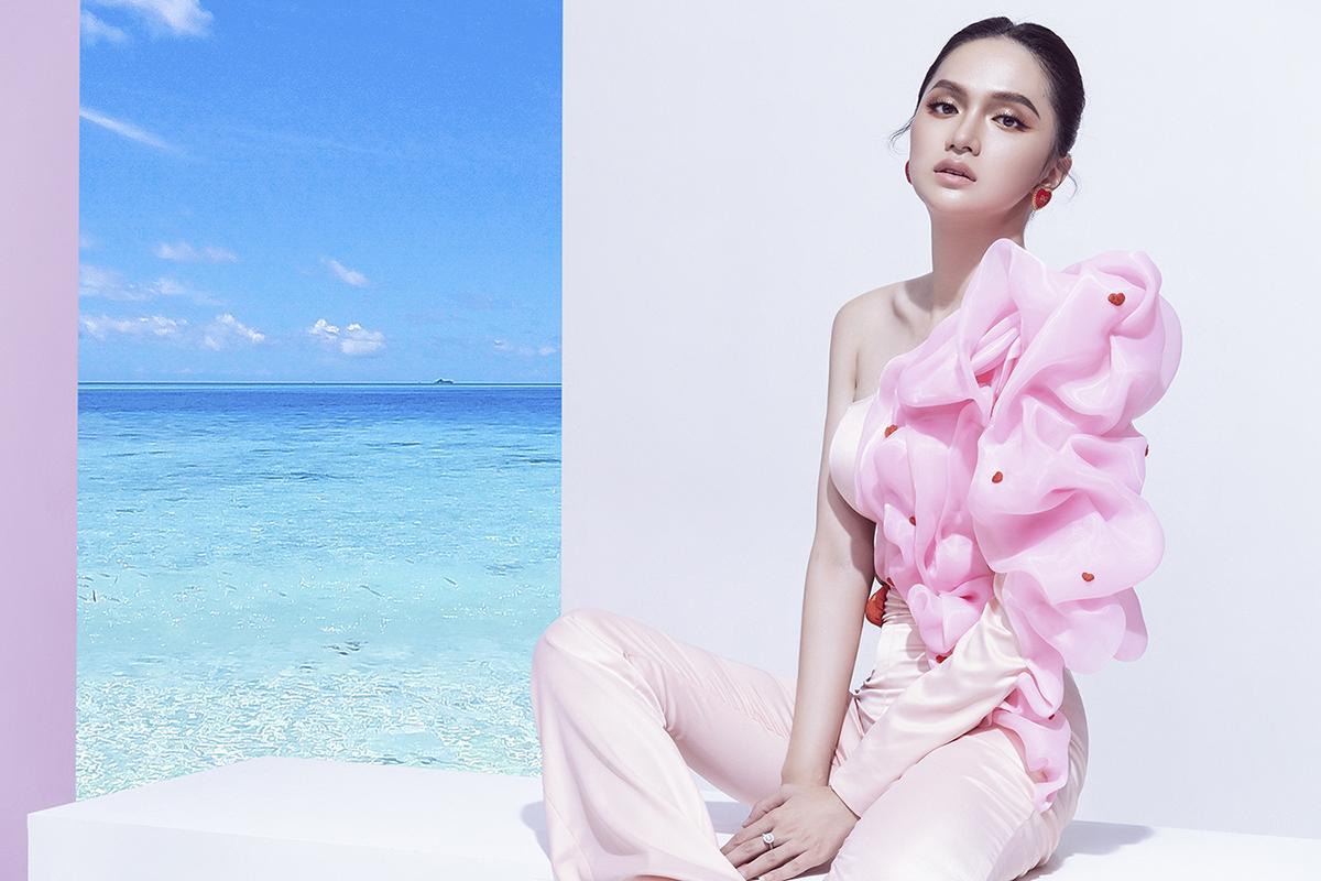 hoa hậu hương giang marky aterlier jumpsuit trắng cầu vai bèo hồng