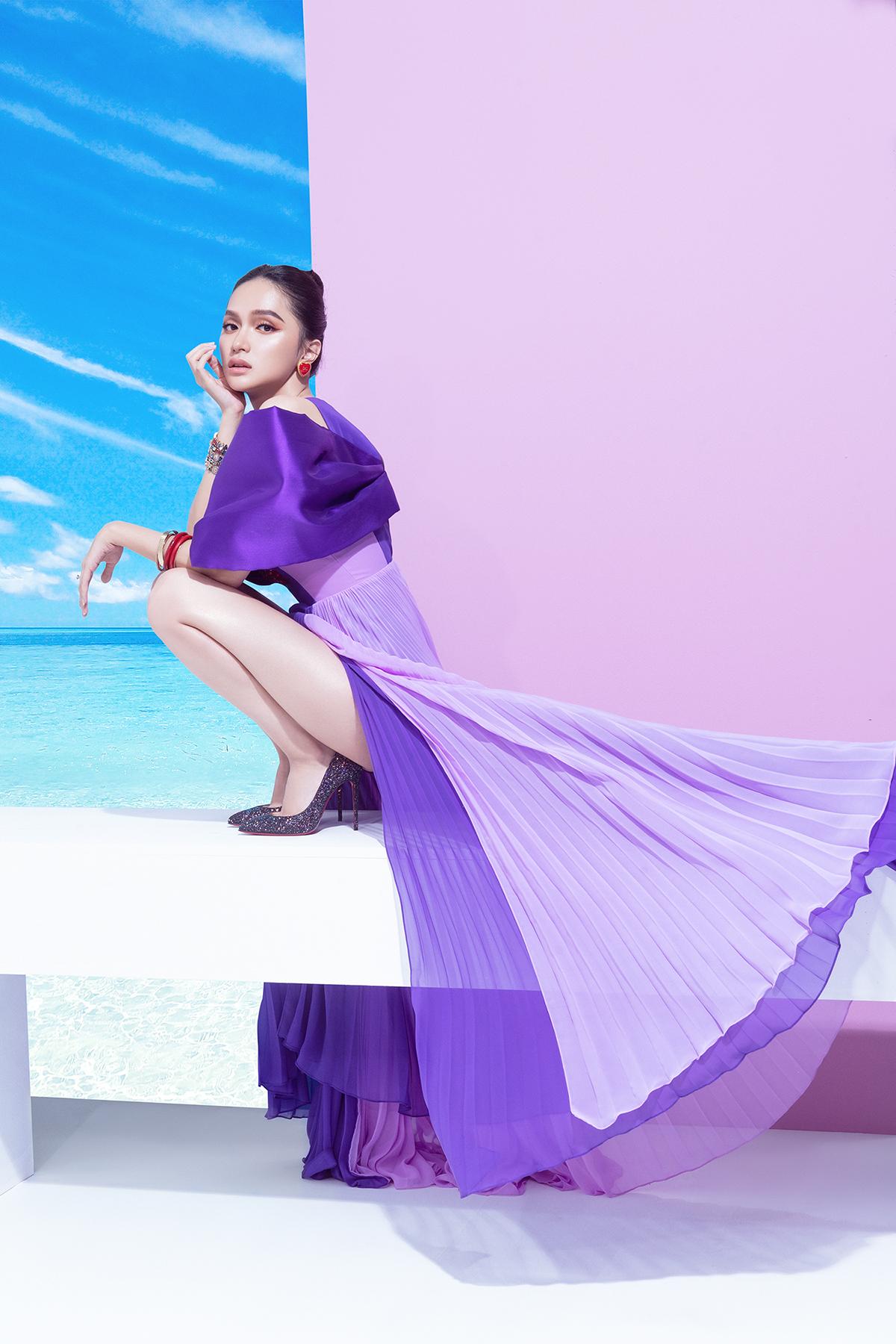 hoa hậu hương giang marky aterlier bộ đầm tím xếp ly