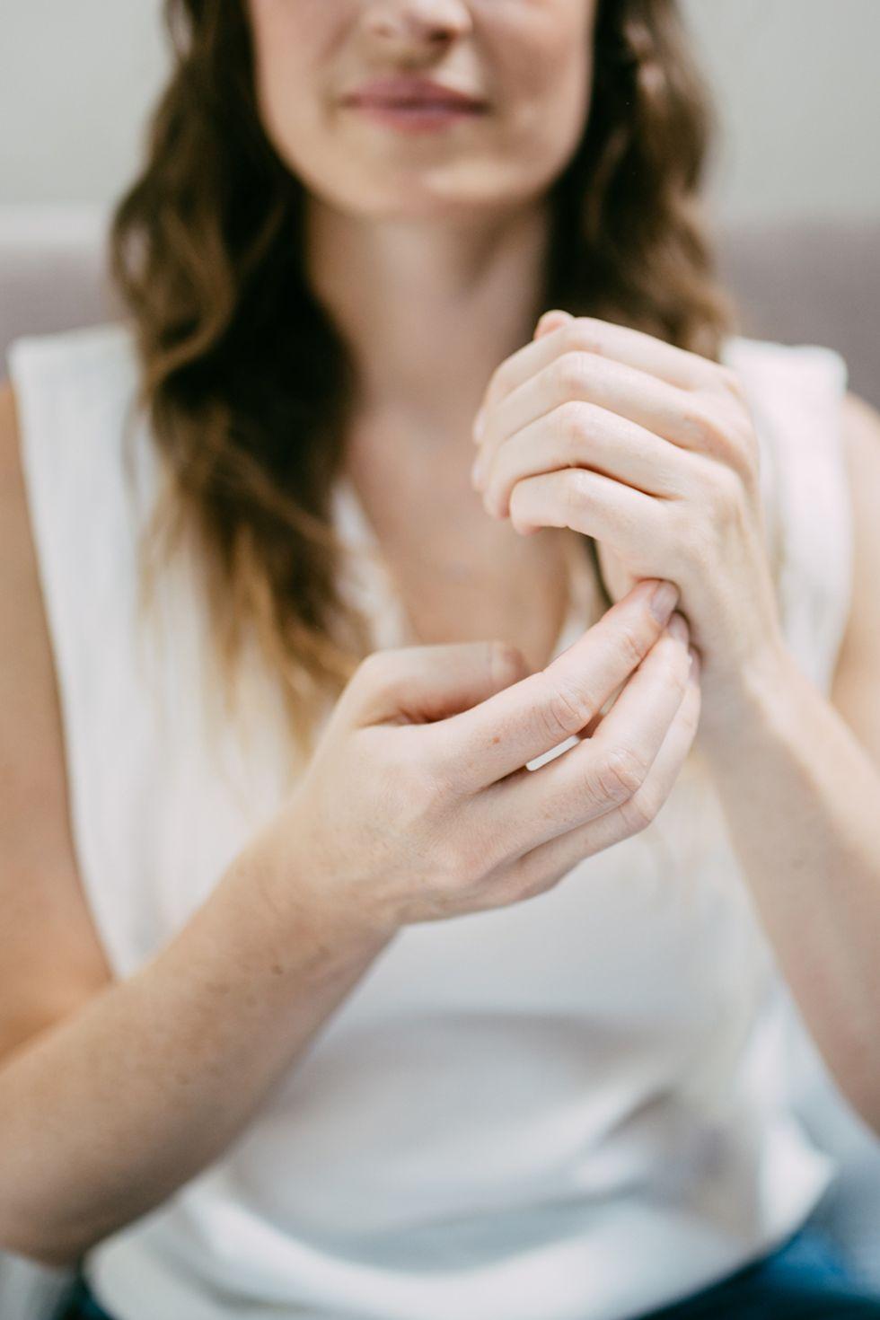 cảm xúc cô gái gõ cạnh bàn tay