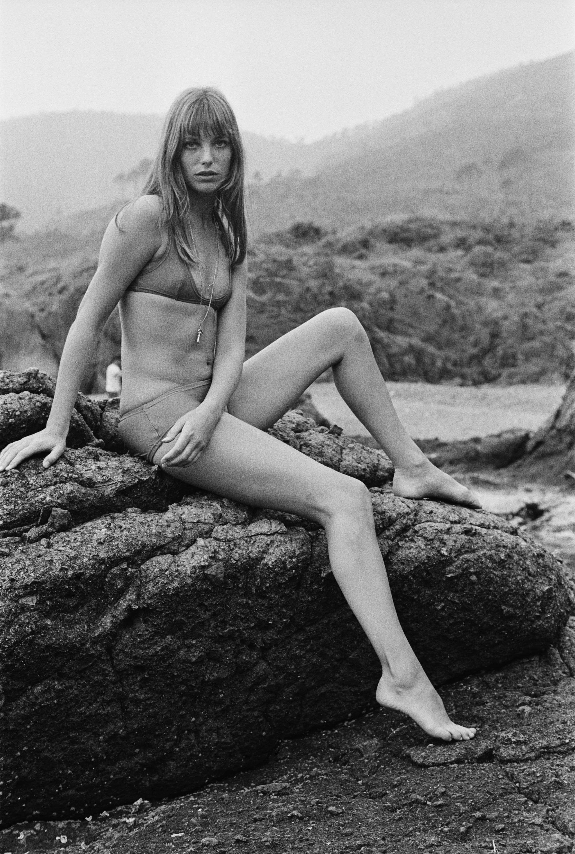jane birkin đồ bơi nữ bikini 1970s phong cách bohemian dây chuyền vàng