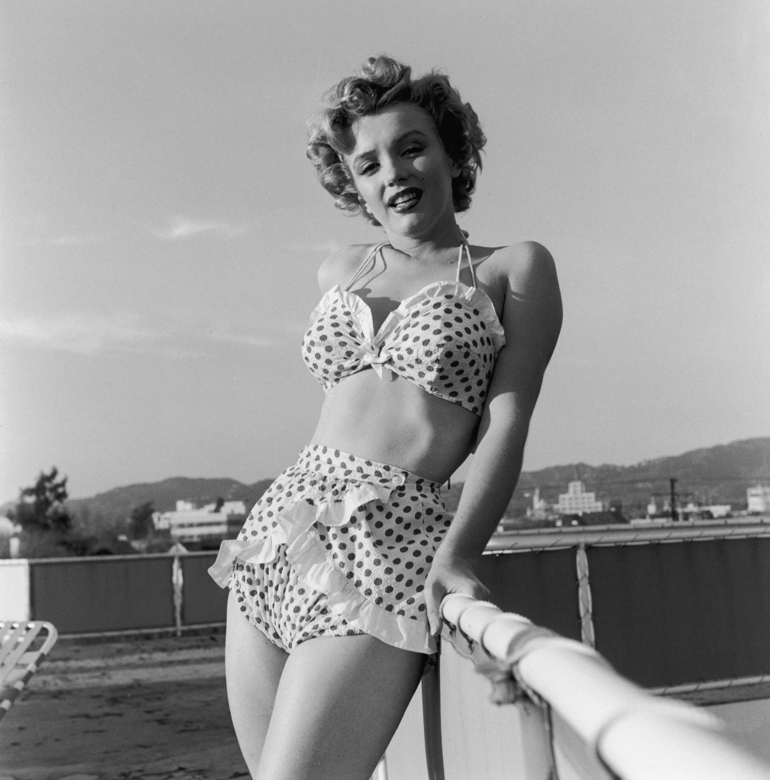 marilyn monroe bộ bikini nhún bèo chấm bi