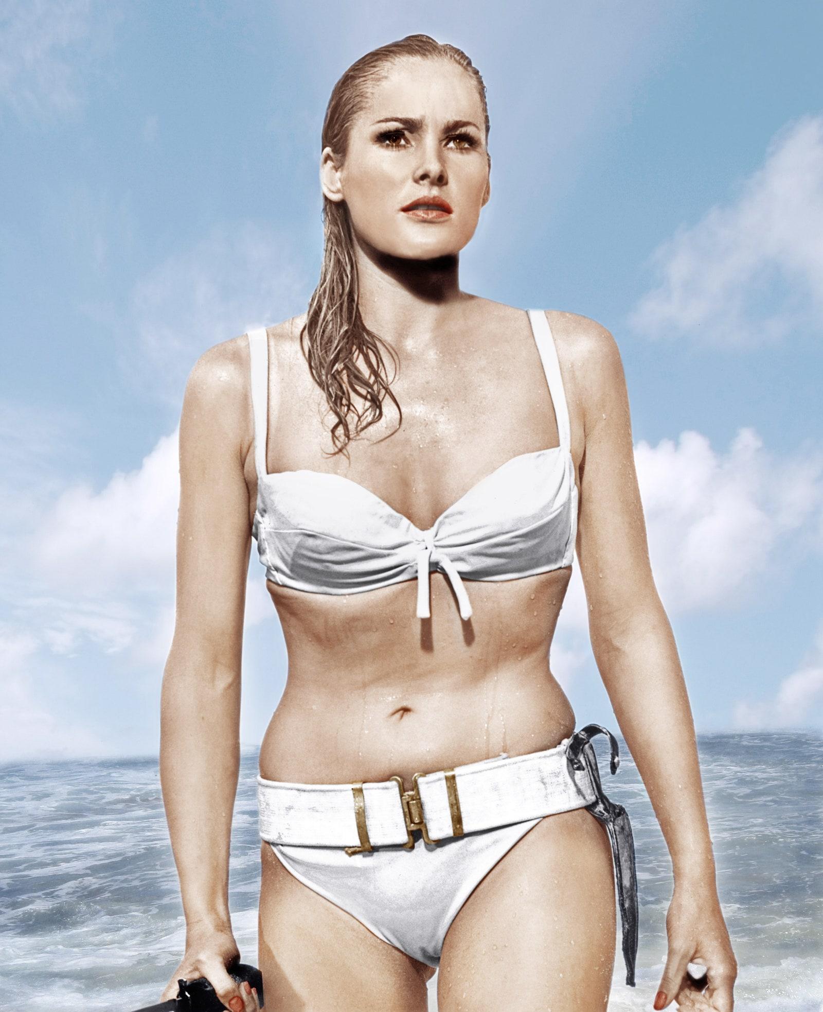ursula andess bộ bikini trắng thắt lưng bond girl