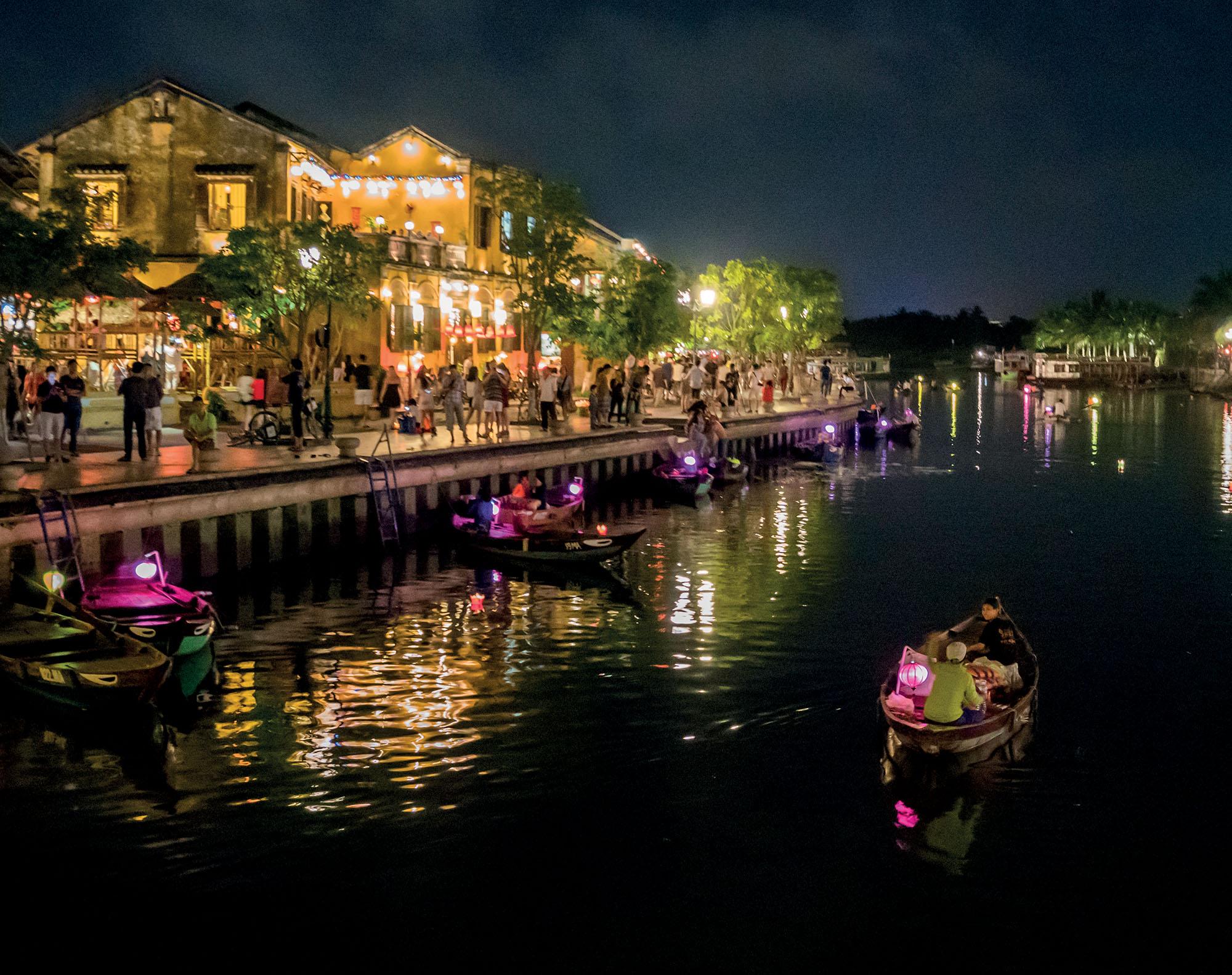 Hội An thả đèn trên sông Hàn