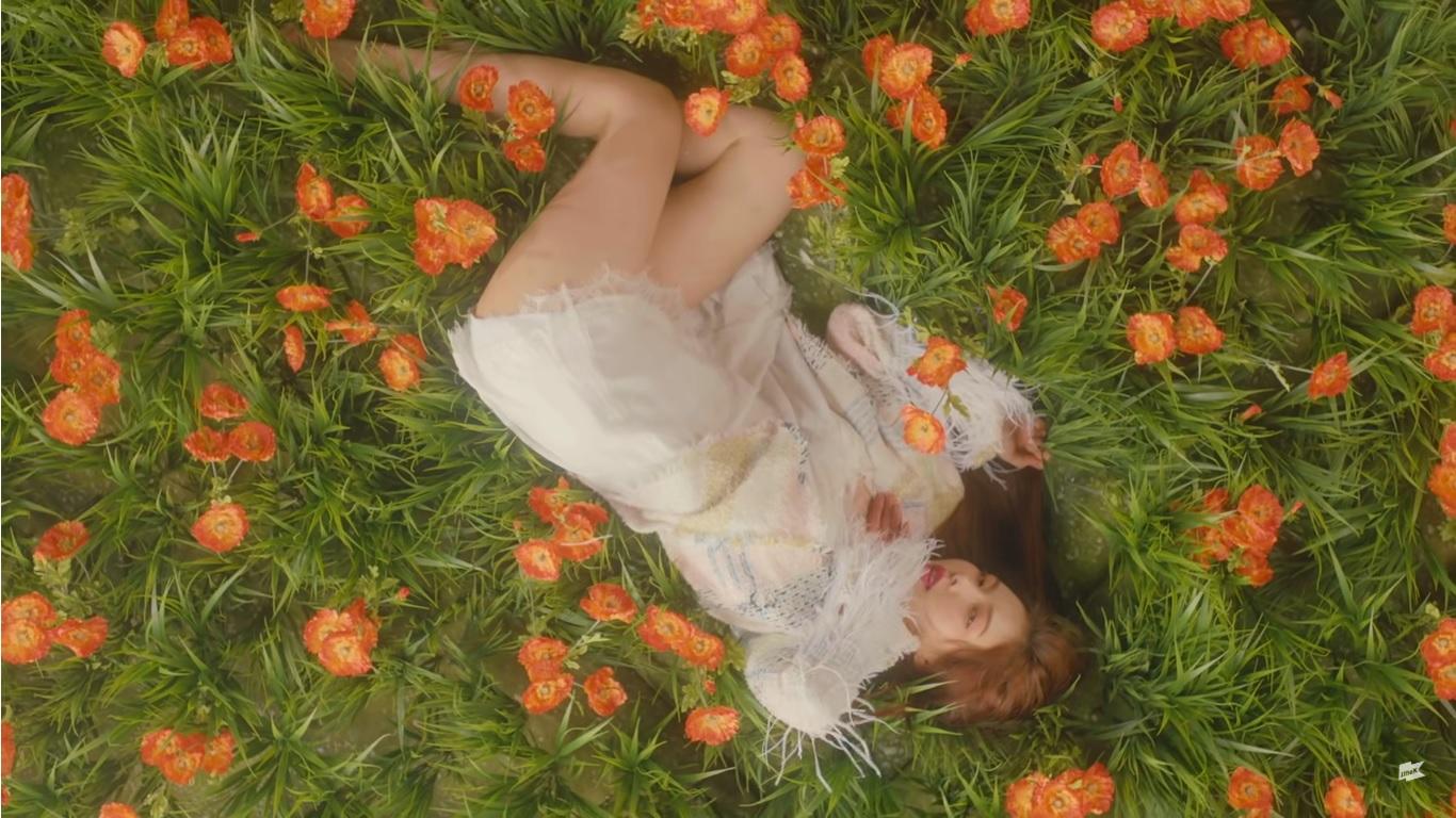 ca sĩ hyuna hình cắt từ music video babe 2017 đầm trắng