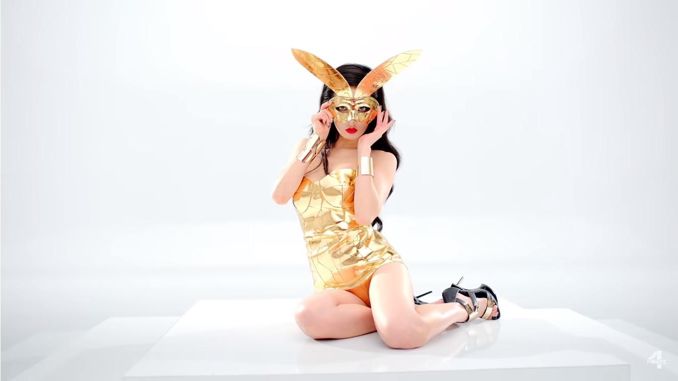 ca sĩ hyuna hình cắt từ music video red bộ đồ thỏ vàng