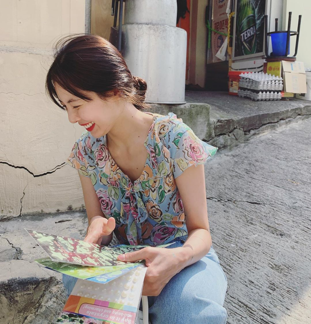 ca sĩ hyuna họa tiết hoa áo kiểu quần jeans retro