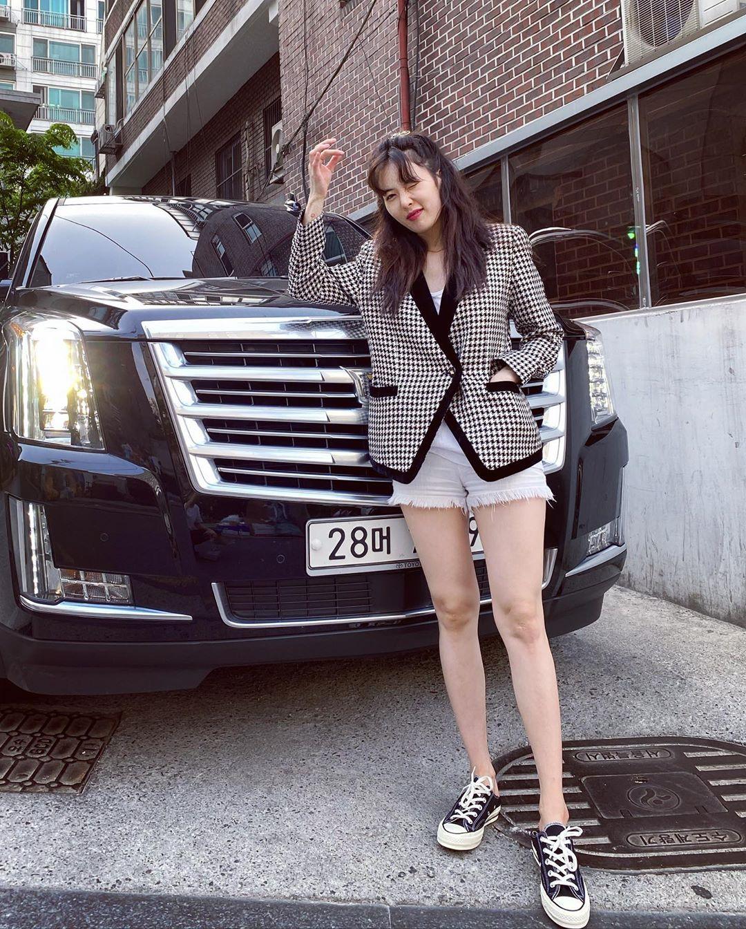 ca sĩ hyuna phong cách retro áo blazer quần shorts trắng