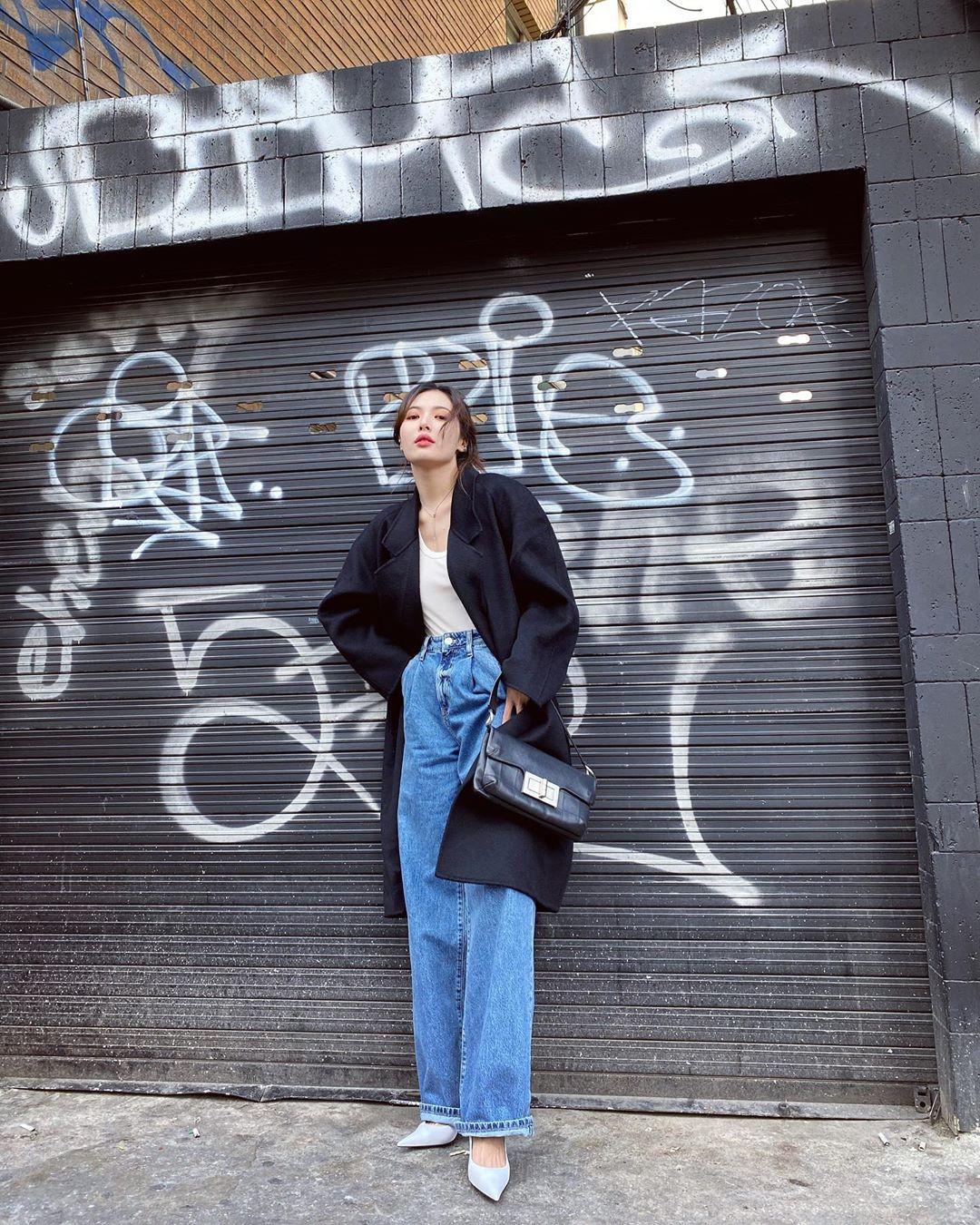 ca sĩ hyuna phong cách thời trang retro áo trenchcoat quần jeans denim ống suông