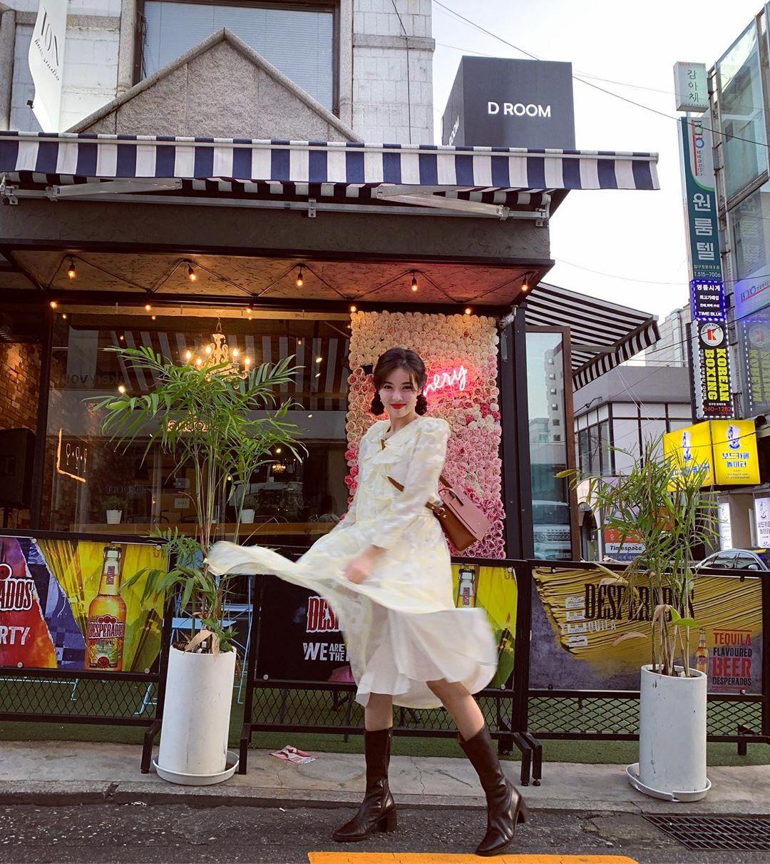 ca sĩ hyuna phong cách retro đầm ren trắng xòe hoa