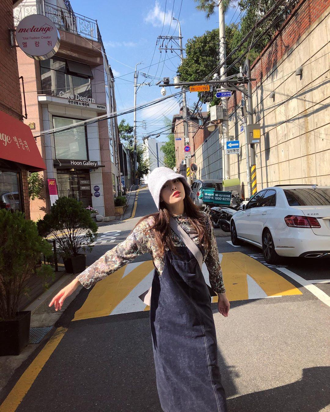 ca sĩ hyuna phong cách retro váy yếm denim áo tay dài
