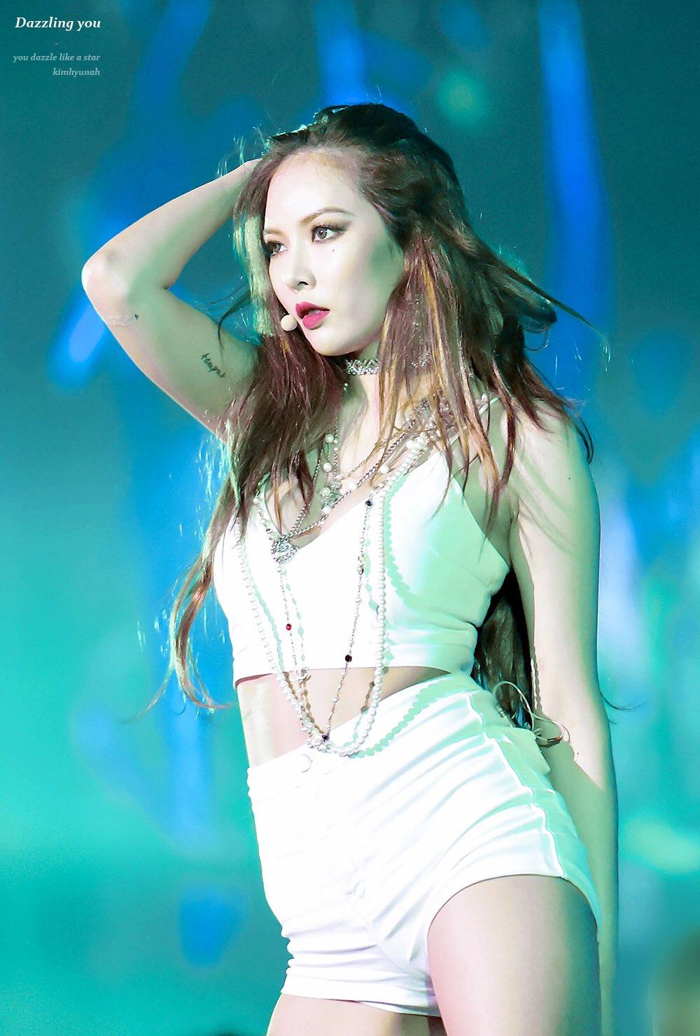hyuna biểu diễn trên sân khấu áo bra top trắng quần shorts trắng