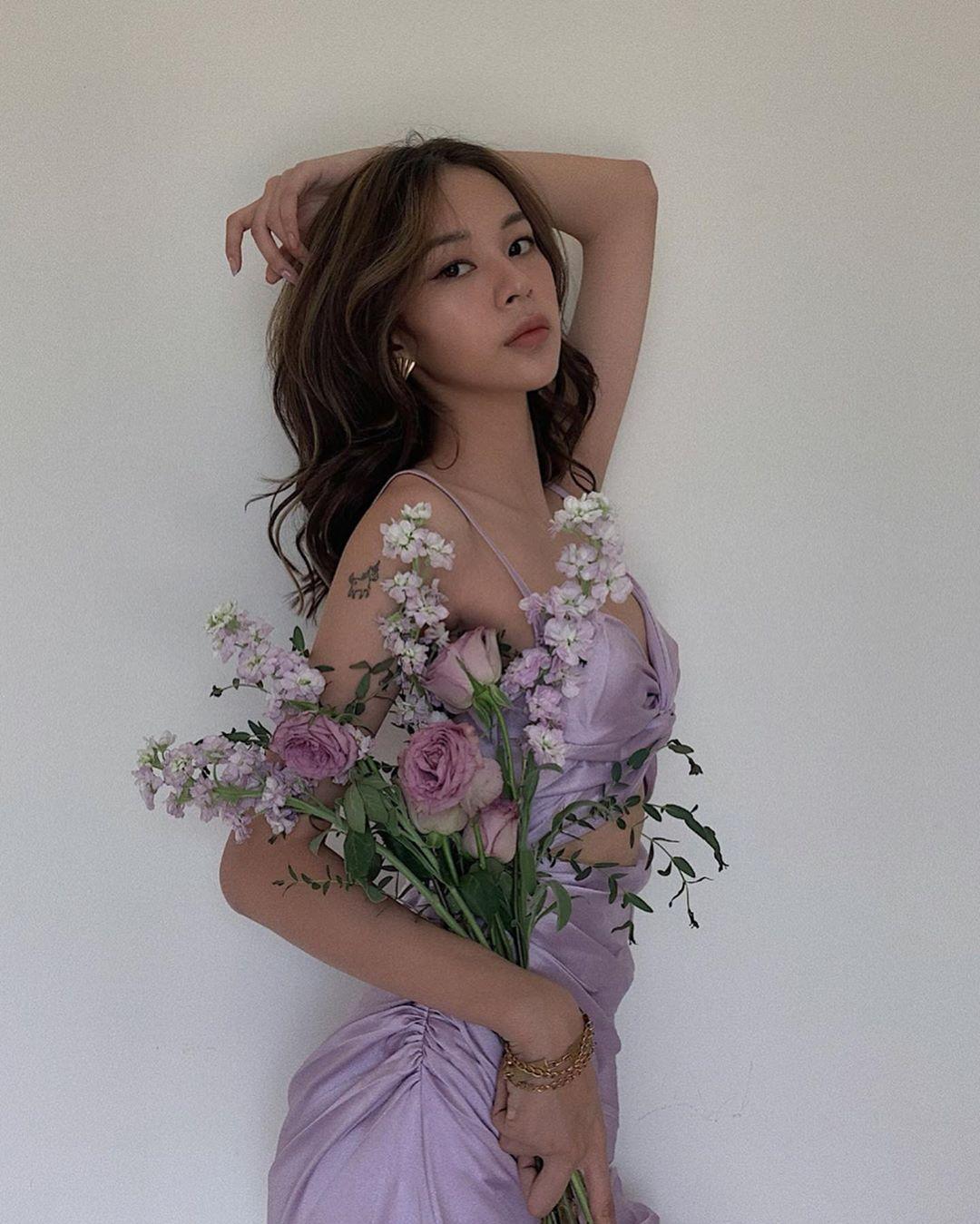 Phí Phương Anh mặc slip dress lụa tím lilac