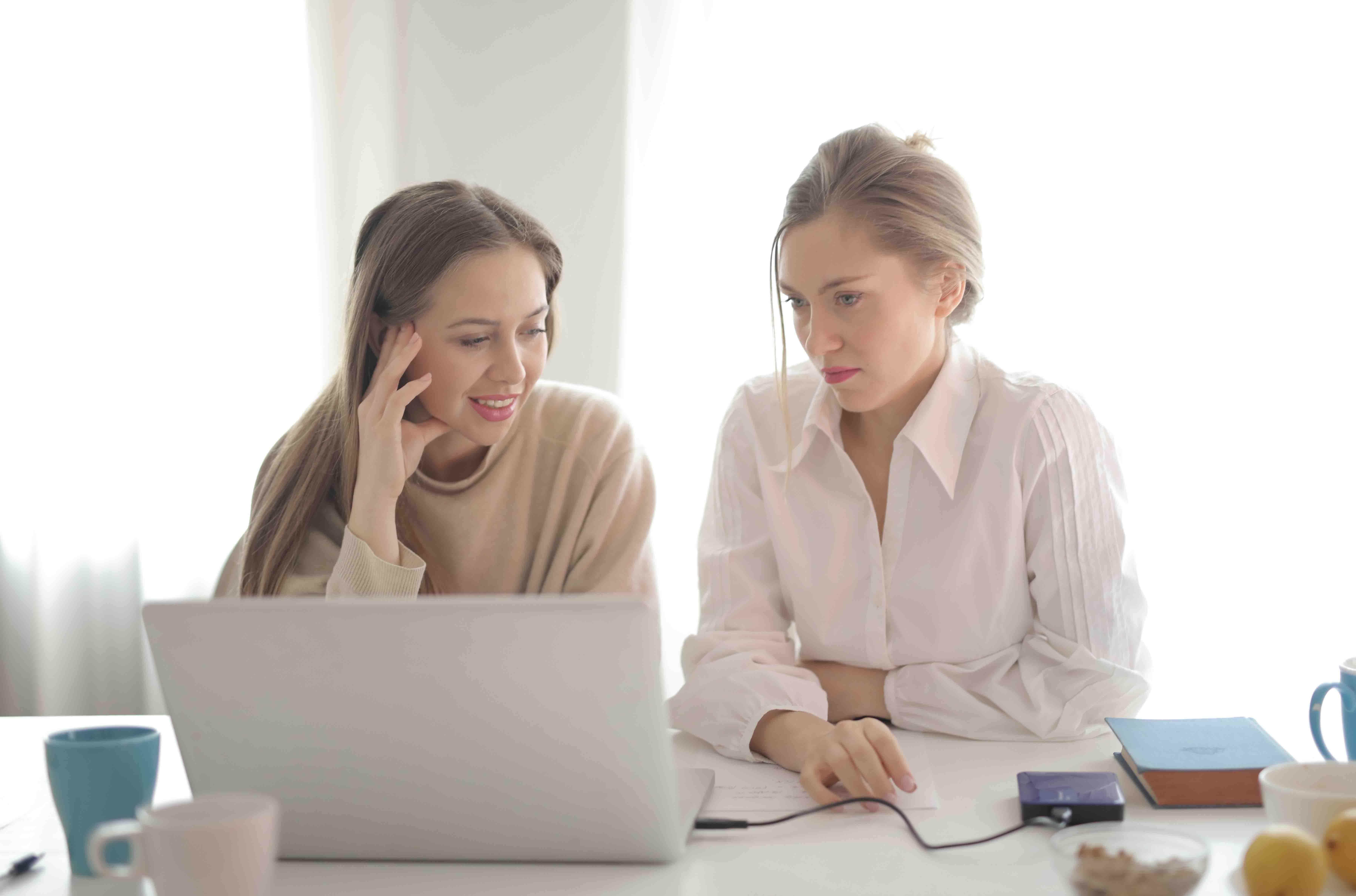 hai người phụ nữ cùng làm việc