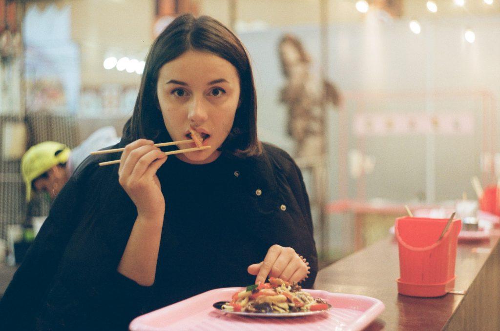 Chế độ ăn kiêng-Cô gái đang ăn.