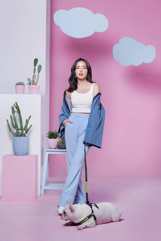 Châu Bùi mặc áo thun hai dây với quần ống loe và áo khoác cùng tone