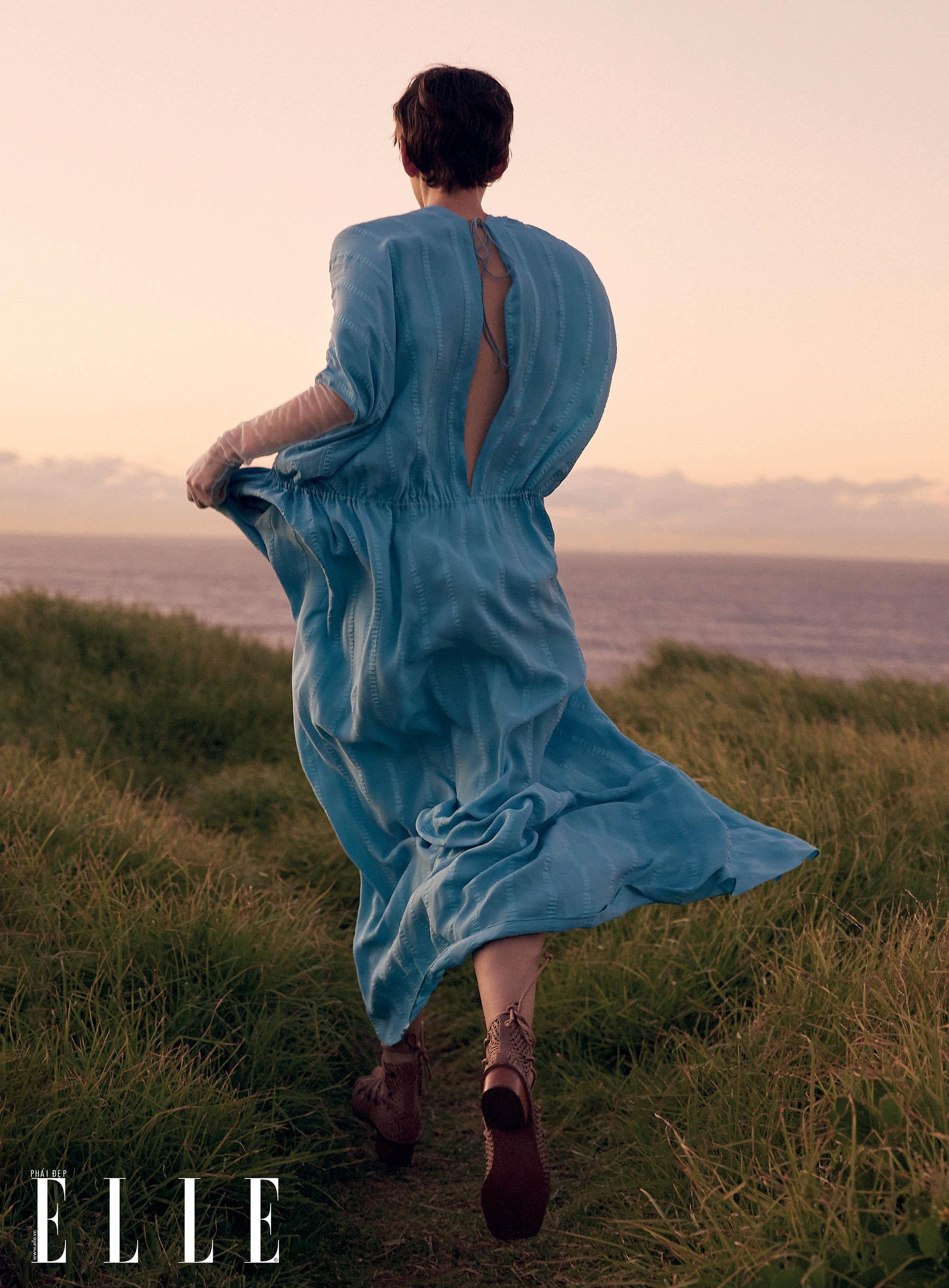 bộ ảnh thời trang Hè 2020 đầm suông xanh da trời khoét lưng