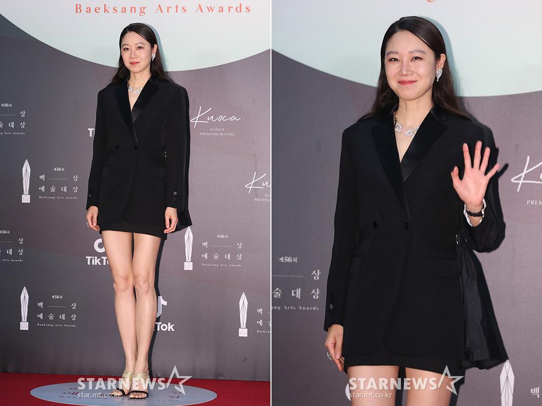 thảm đỏ lễ trao giải baeksang 2020 gong hyojin bộ tuxedo đen trang sức bạc