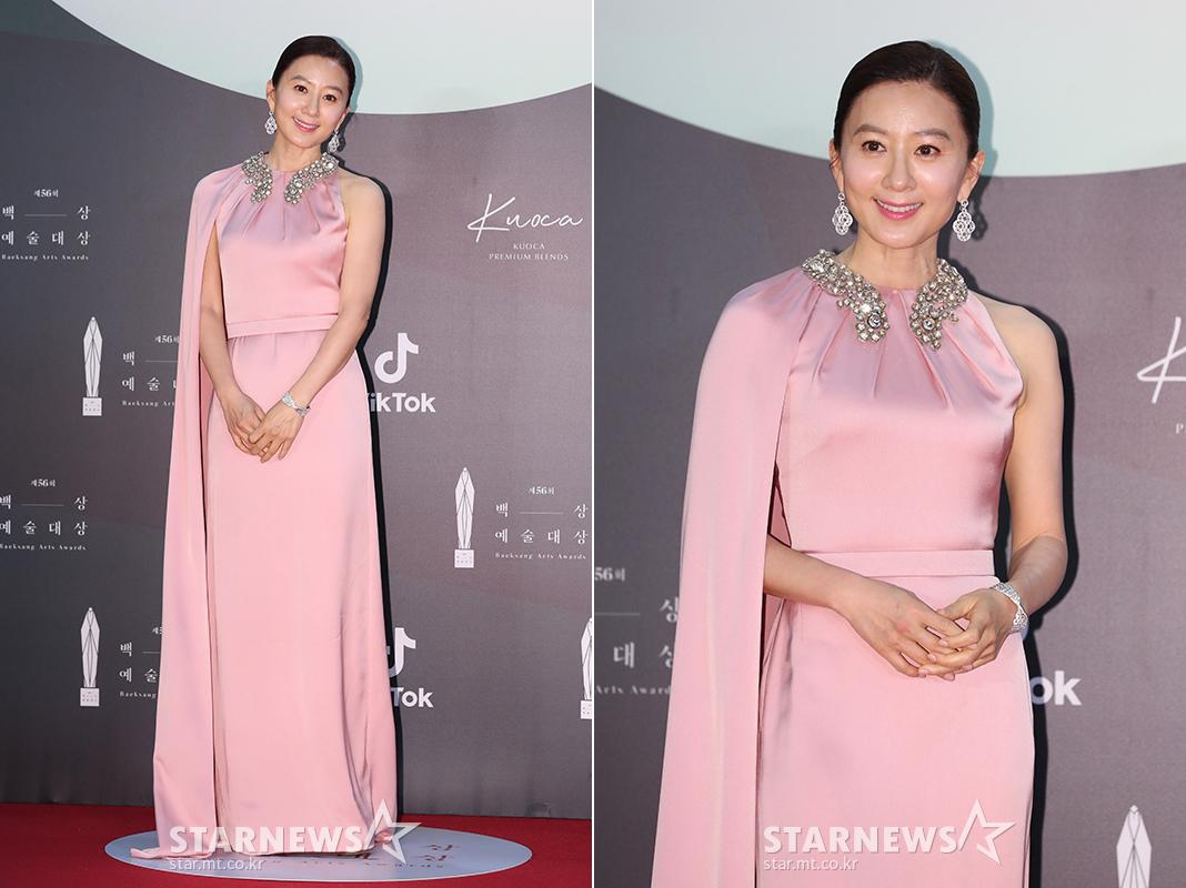 thảm đỏ lễ trao giải baeksang 2020 son ye jin - kim hee ae thế giới hôn nhân đầm hồng satin cổ áo đính đá