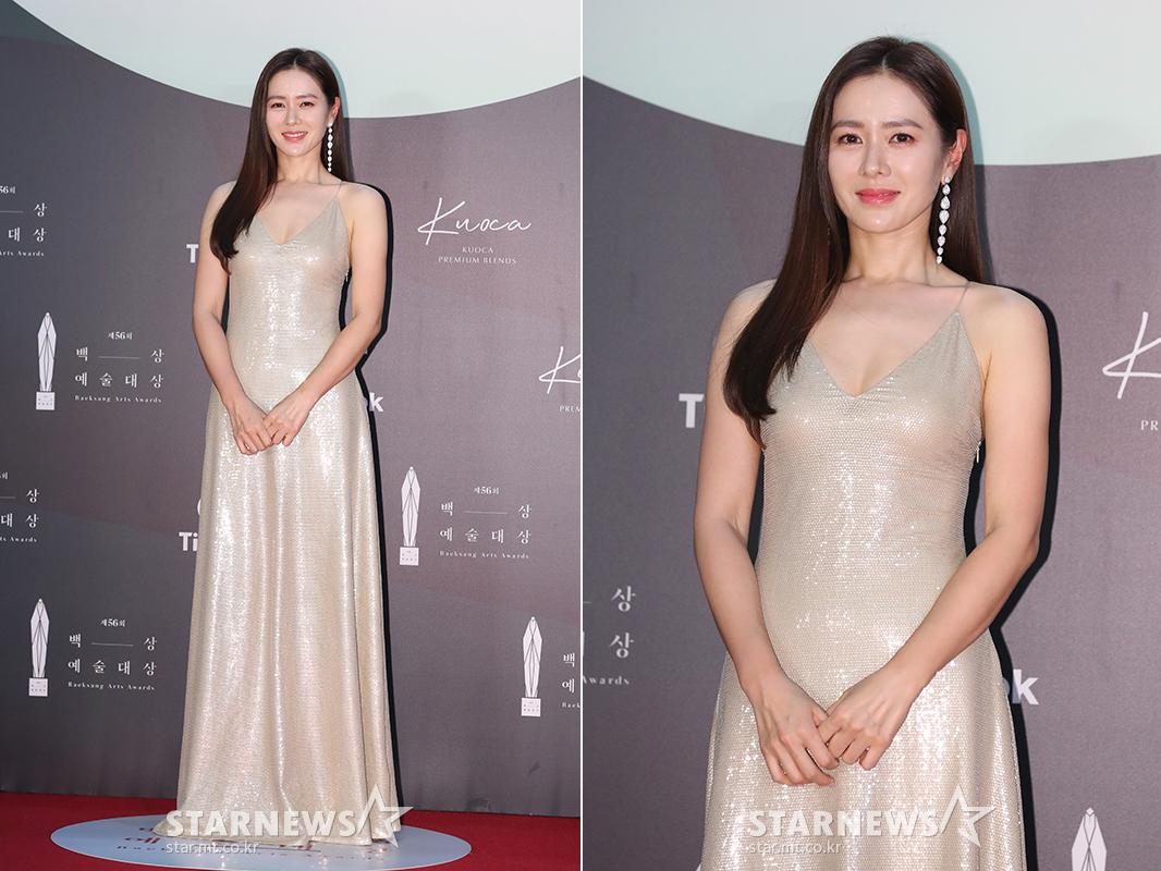thảm đỏ lễ trao giải baeksang 2020 son ye jin đầm hai dây bạc ánh kim