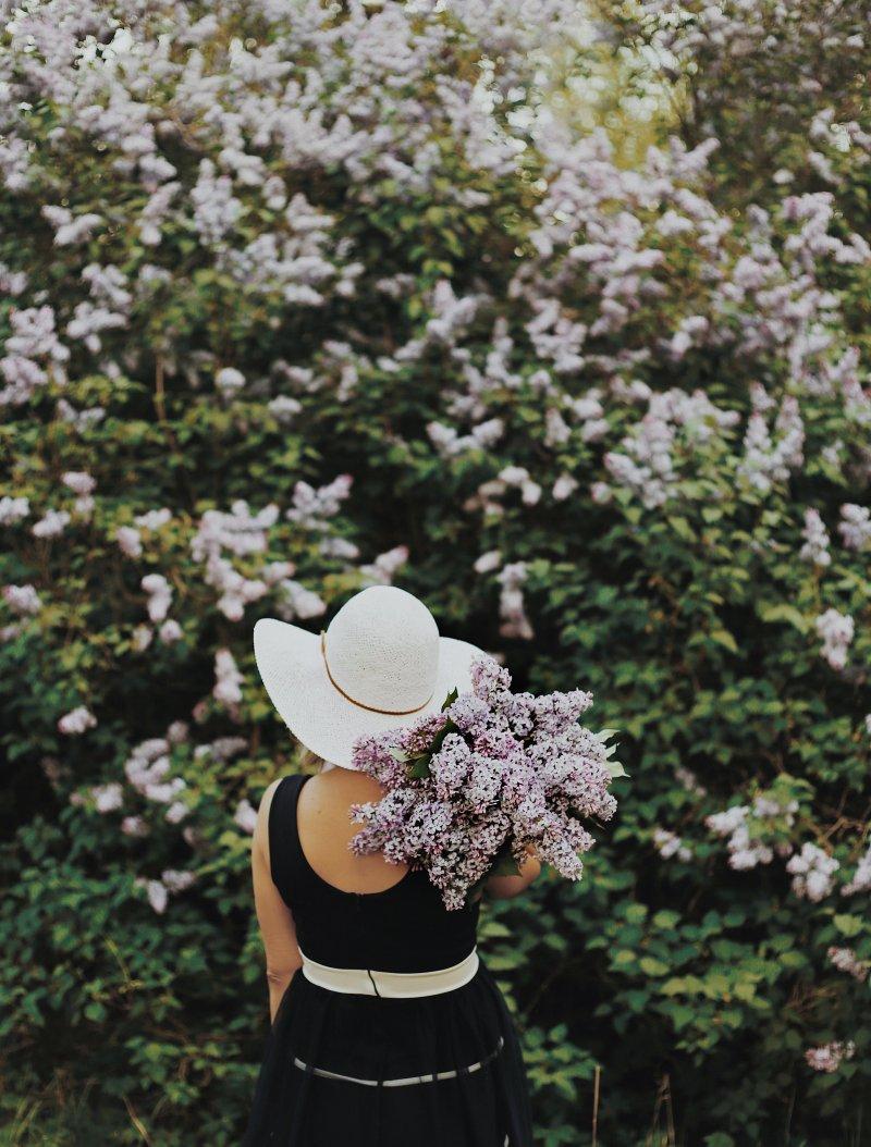 cung hoàng đạo cô gái cầm hoa tím