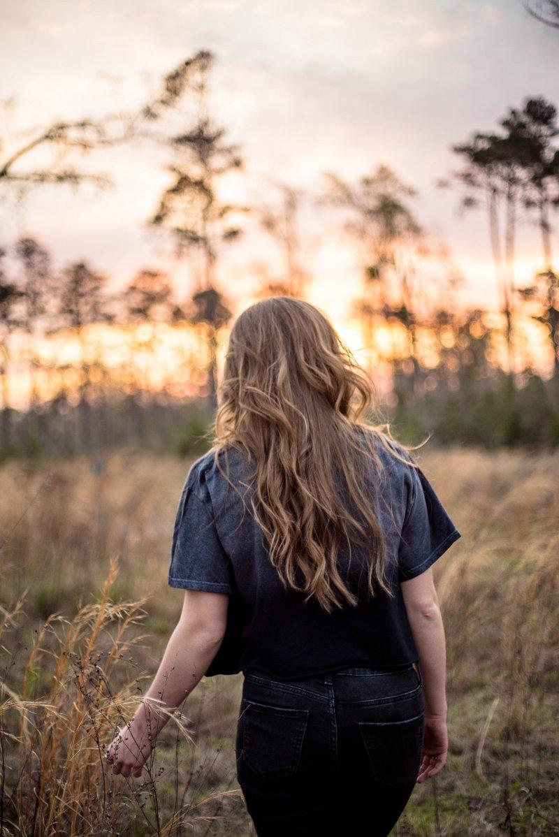 cô gái tóc dài quay lưng